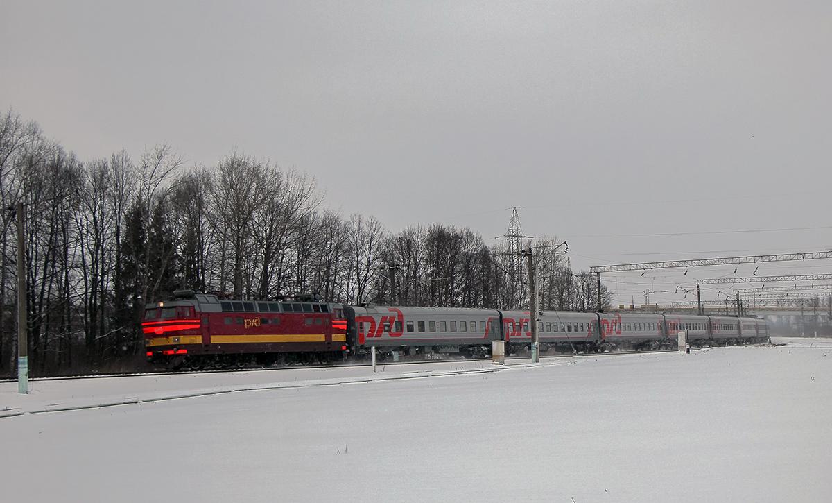 Электровоз ЧС4Т-327 с пассажирским поездом, станция Вязьма