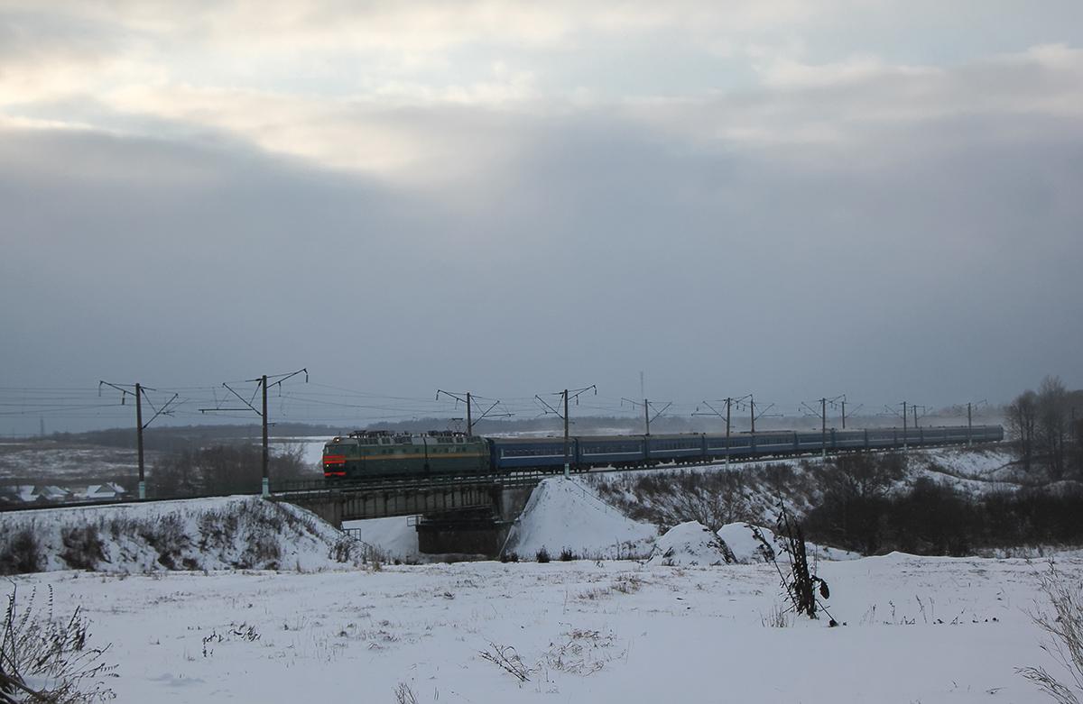 Электровоз ЧС8-068 с пассажирским поездом, перегоне Семлёво - Вязьма