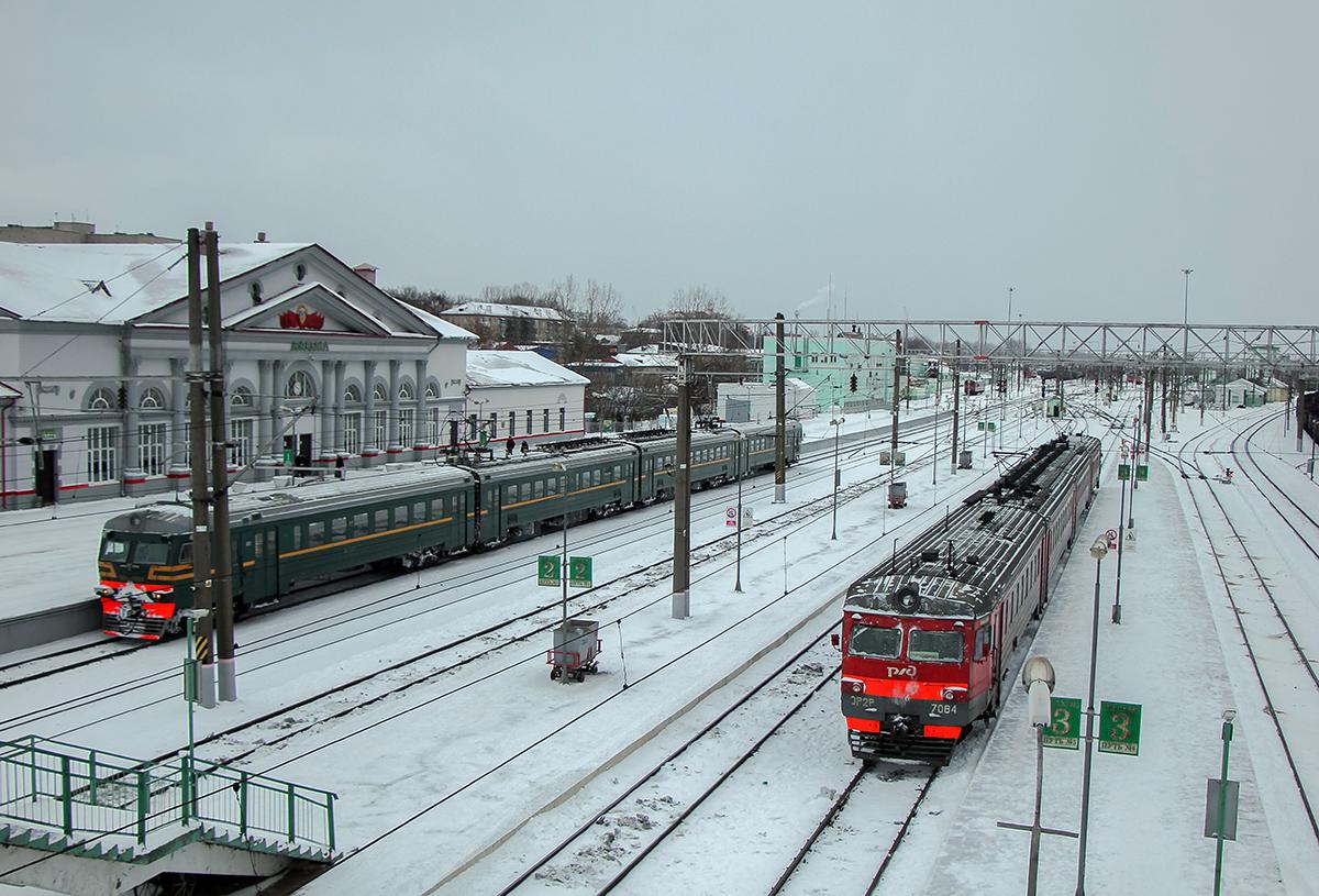 Электропоезда ЭД9Т-0020 и ЭР2Р-7084 на станции Вязьма