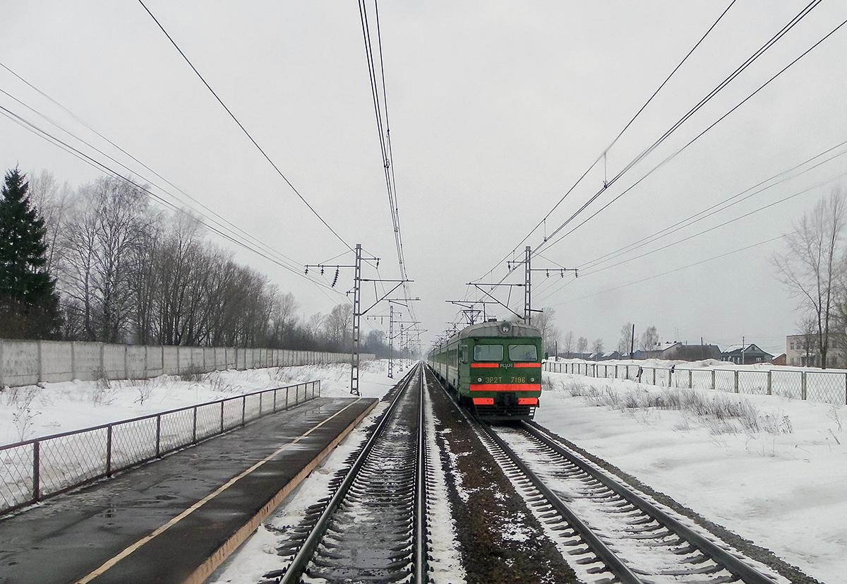 Электропоезд ЭР2Т-7196 близ платформы Крючково, перегон Дорошиха - Лихославль