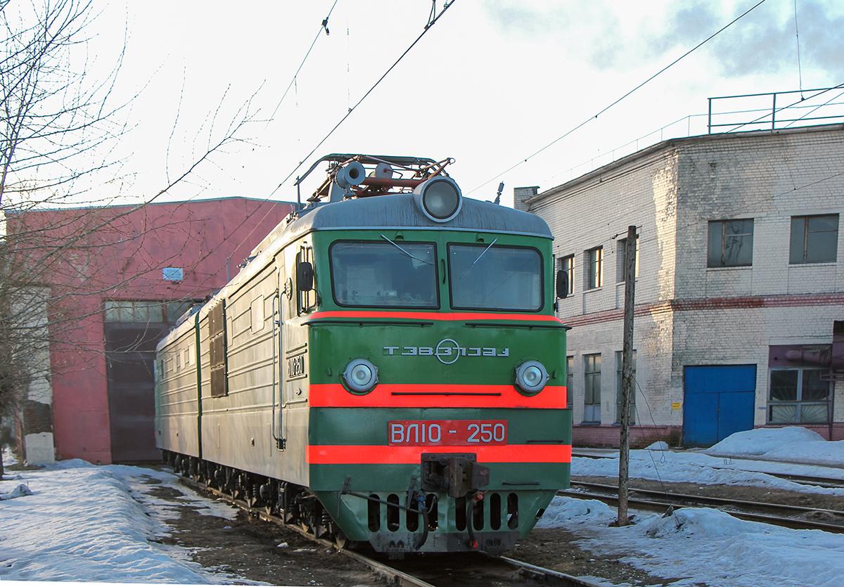 Электровоз ВЛ10-250 на станции Тверь