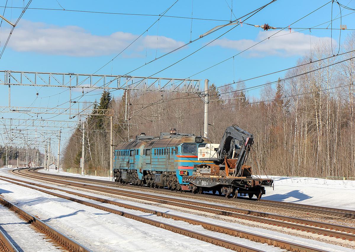 Тепловоз 2М62У-0340 с платформой, станция Лихославль, парк Шлюз