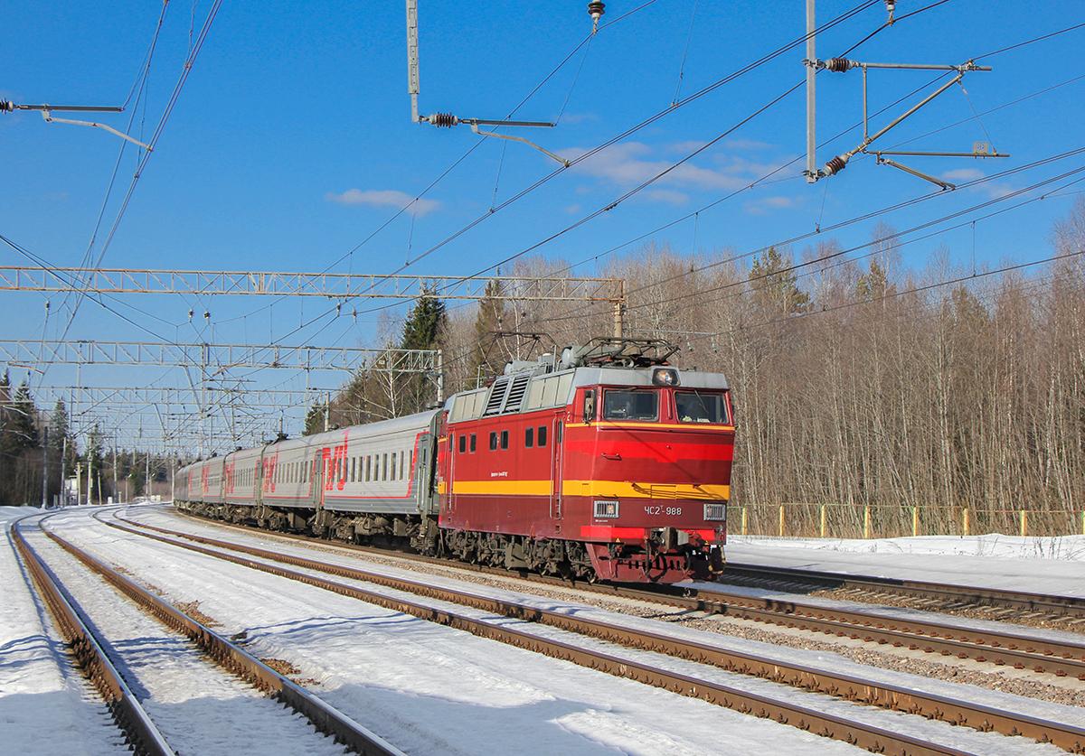 Электровоз ЧС2Т-988 с пассажирским поездом, станция Лихославль, парк Шлюз
