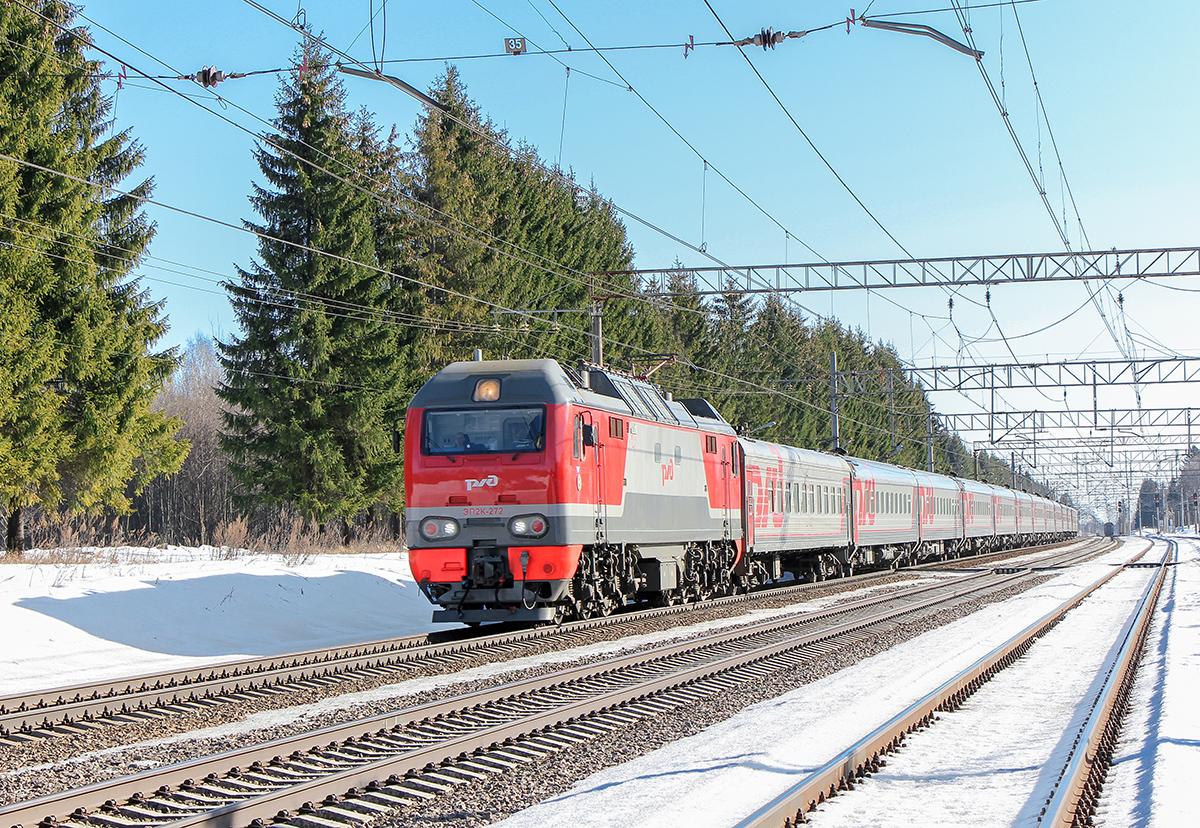 Электровоз ЭП2К-272 с пассажирским поездом, станция Лихославль, парк Шлюз