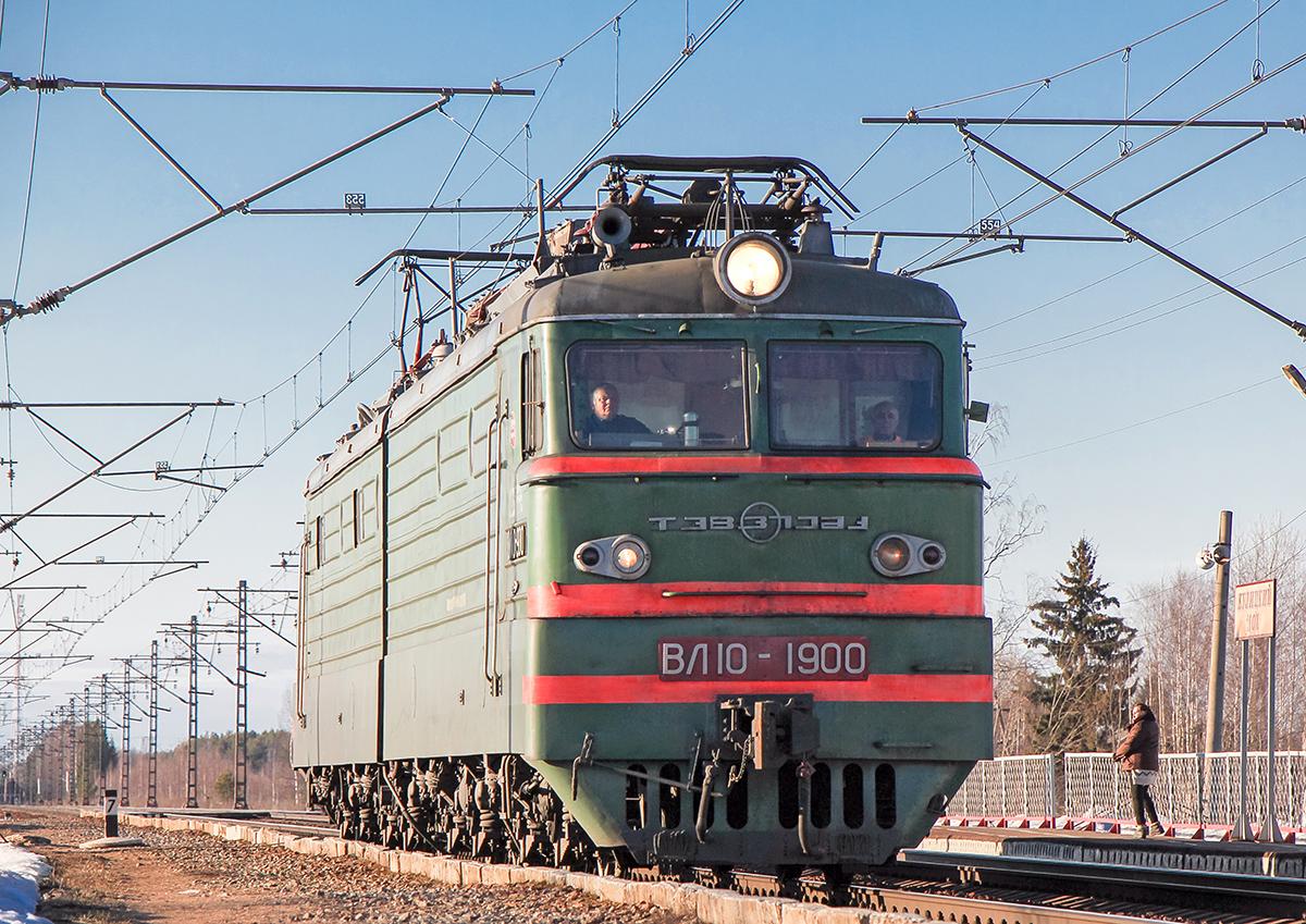 Электровоз ВЛ10-1900 близ платформы Кулицкий Мох, перегон Лихославль - Дорошиха