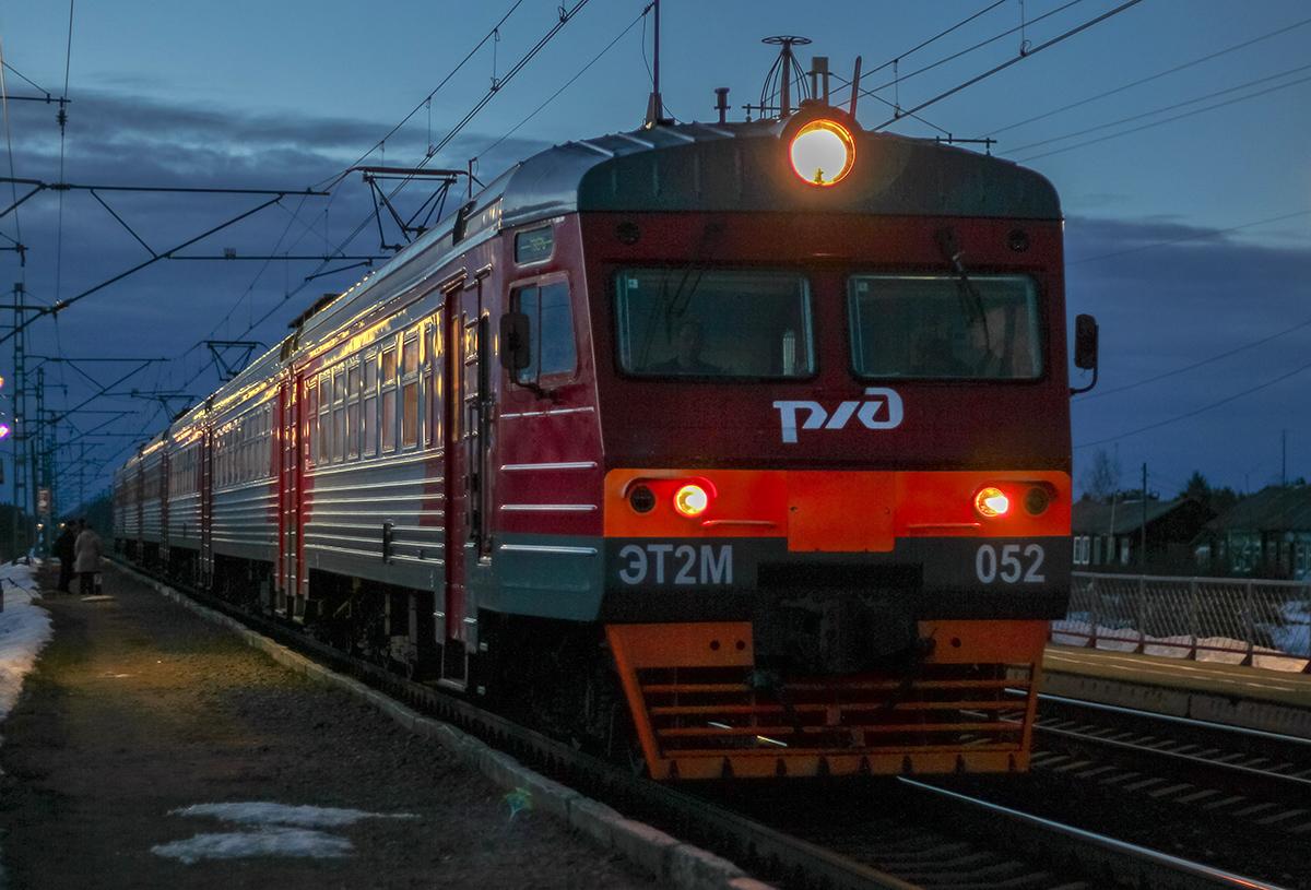 Электропоезд ЭТ2М-052 прибывает к платформе Кулицкий Мох, перегон Лихославль - Дорошиха