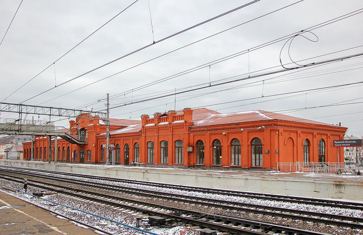 Основное здание вокзала станции Вышний Волочёк