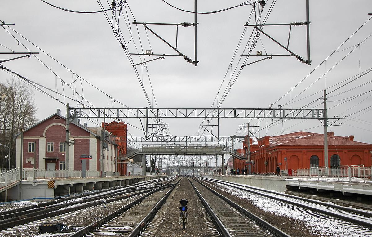 Пассажирские платформы станции Вышний Волочёк, вид со стороны станции Академическая