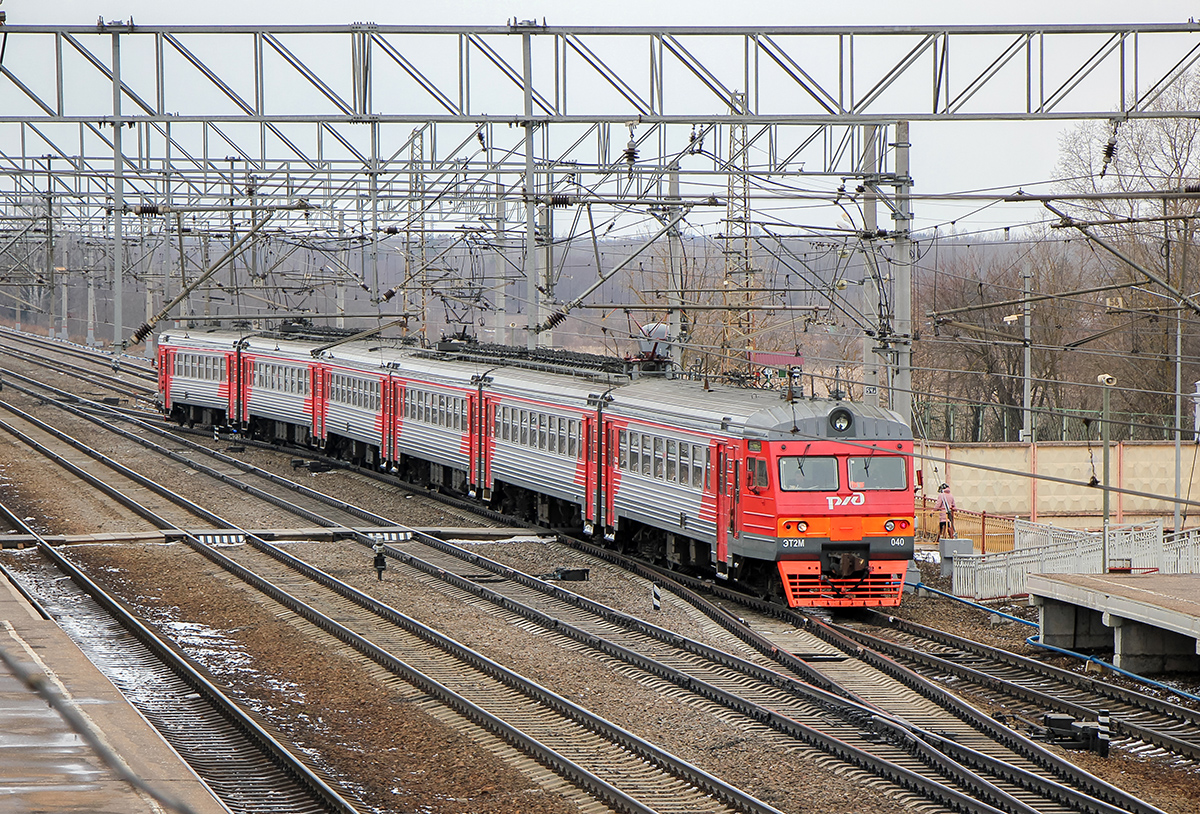 Электропоезд ЭТ2М-040 прибывает на станции Вышний Волочёк