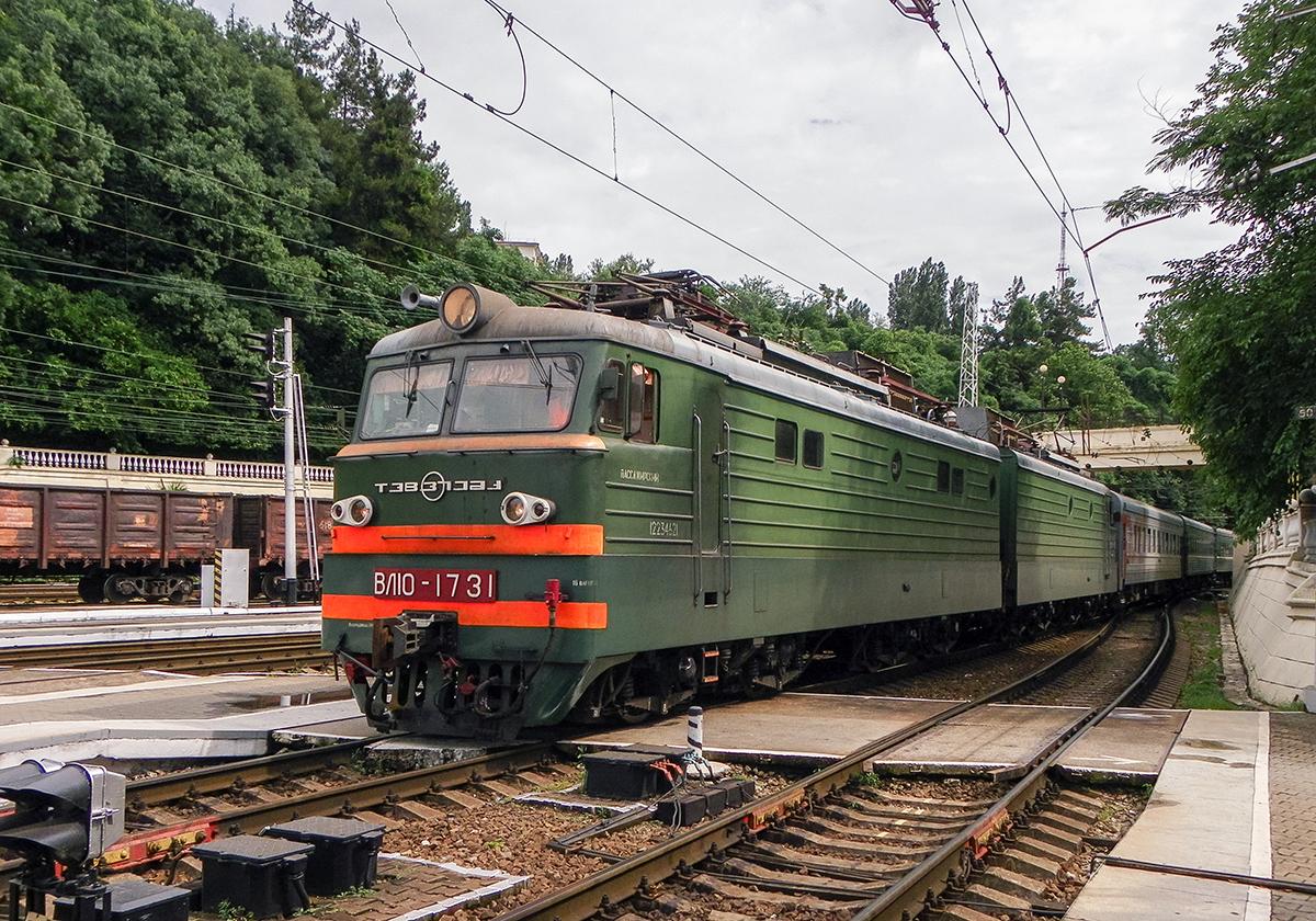 Электровоз ВЛ10-1731 с пассажирским поездом, станция Сочи