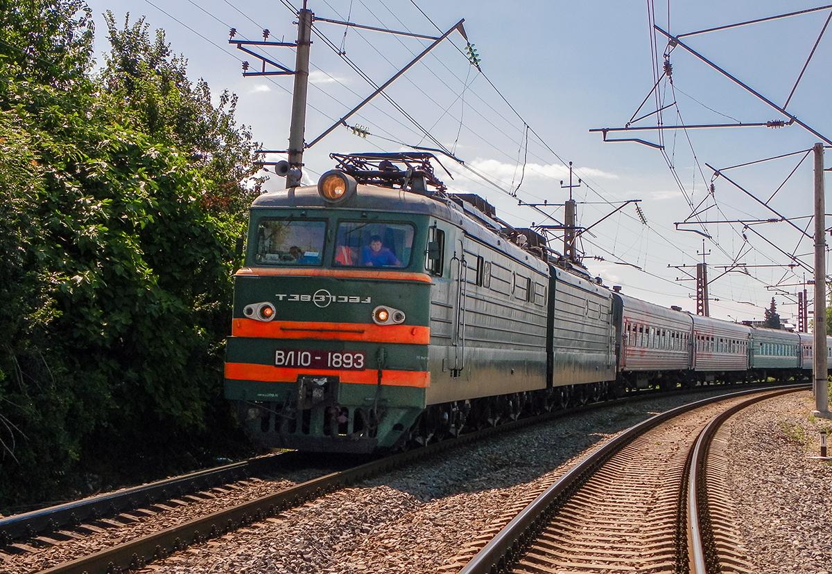 Электровоз ВЛ10-1893 с пассажирским поездом на станции Лазаревская