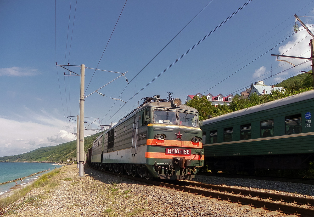 Электровоз ВЛ10-1188 с грузовым составом, станция Лазаревская