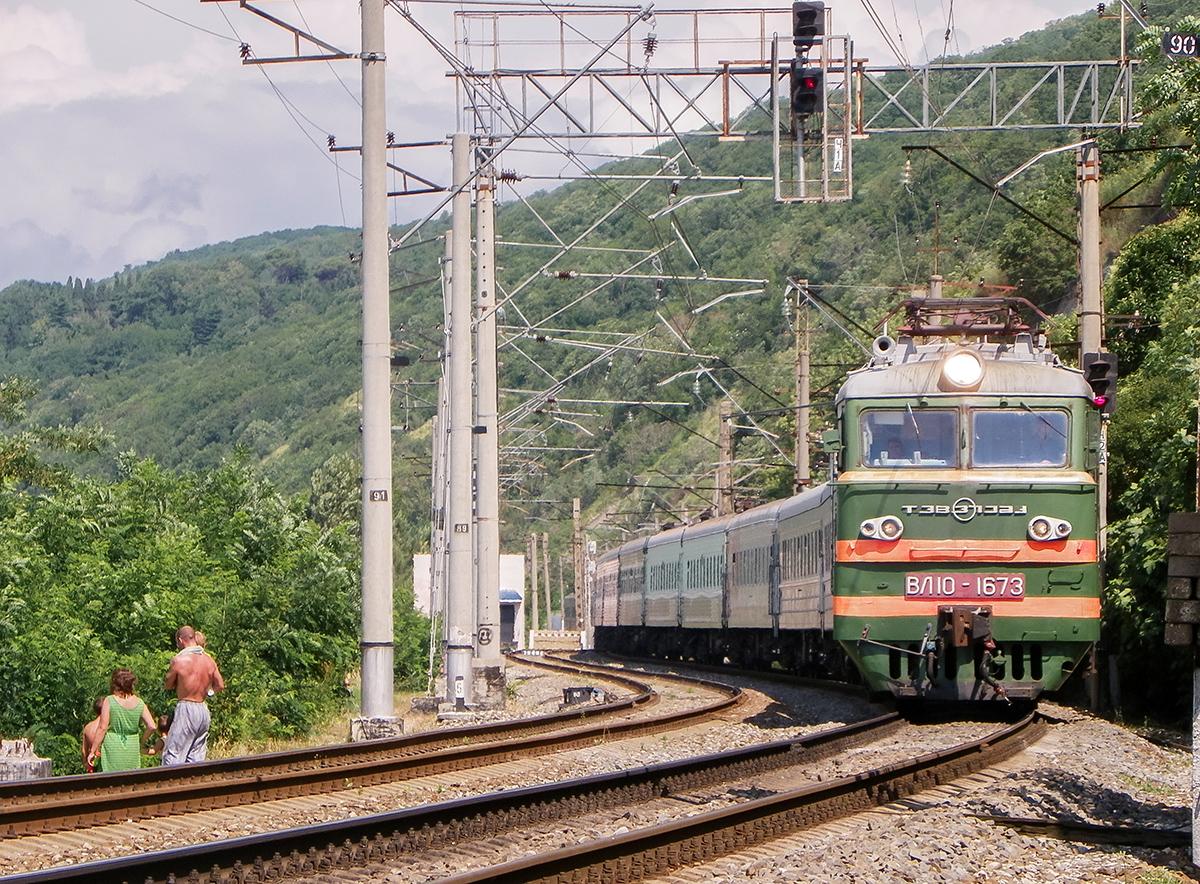 Электровоз ВЛ10-1673 с поездом Саратов - Адлер на станции Лазаревская