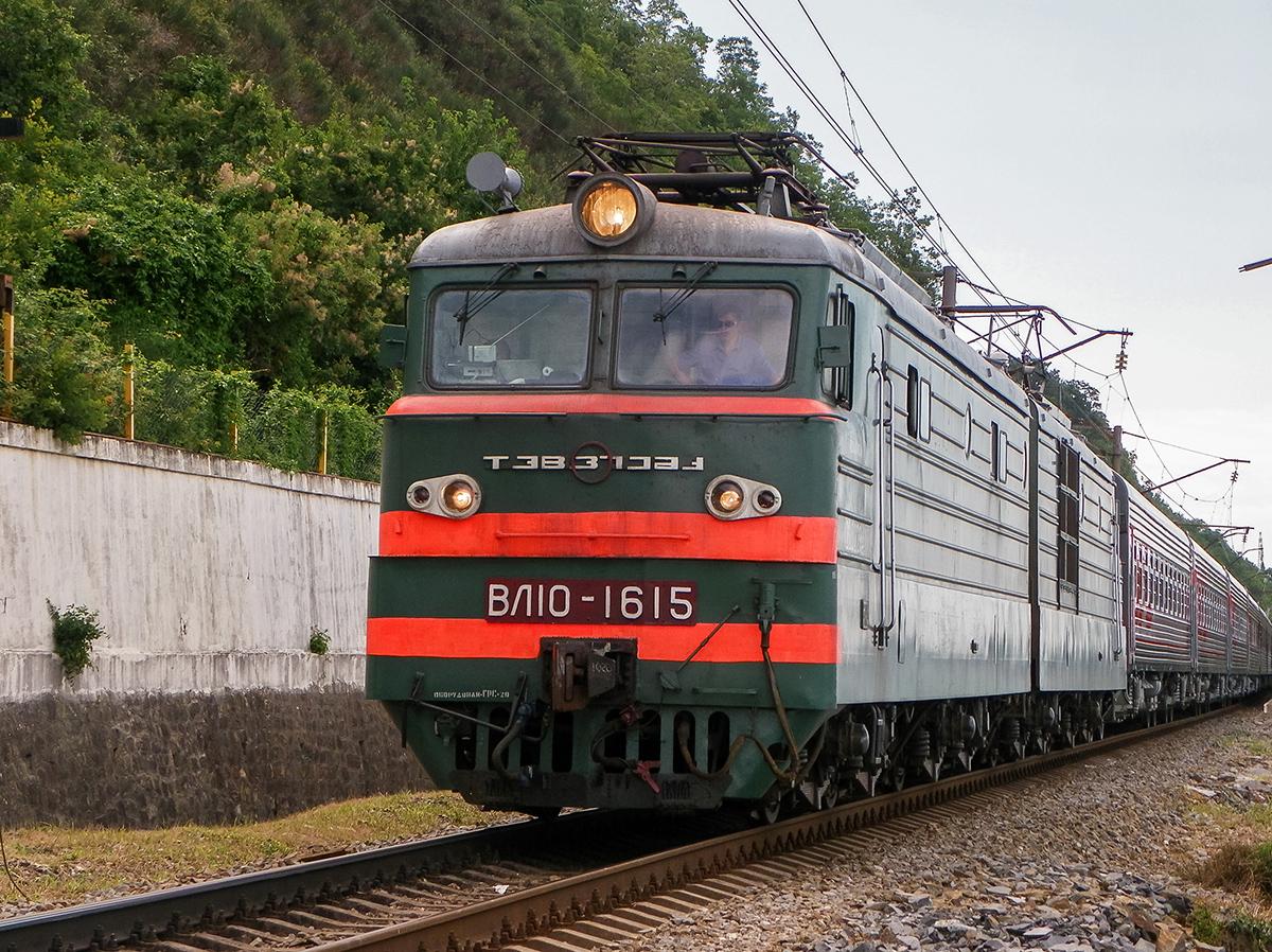 Электровоз ВЛ10-1615 с пассажирским поездом, перегон Лазаревская - Водопадный