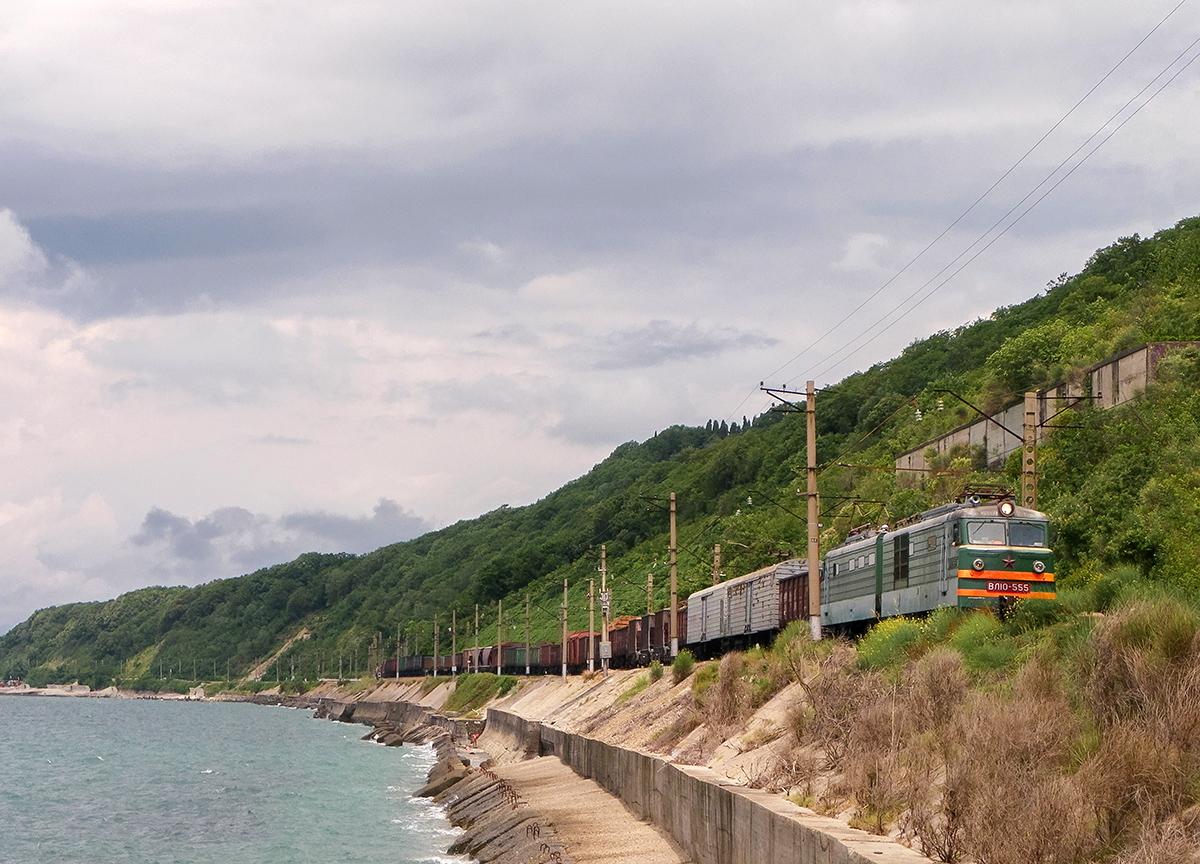 Электровоз ВЛ10-555 с грузовым поездом, перегон Водопадный - Лазаревская