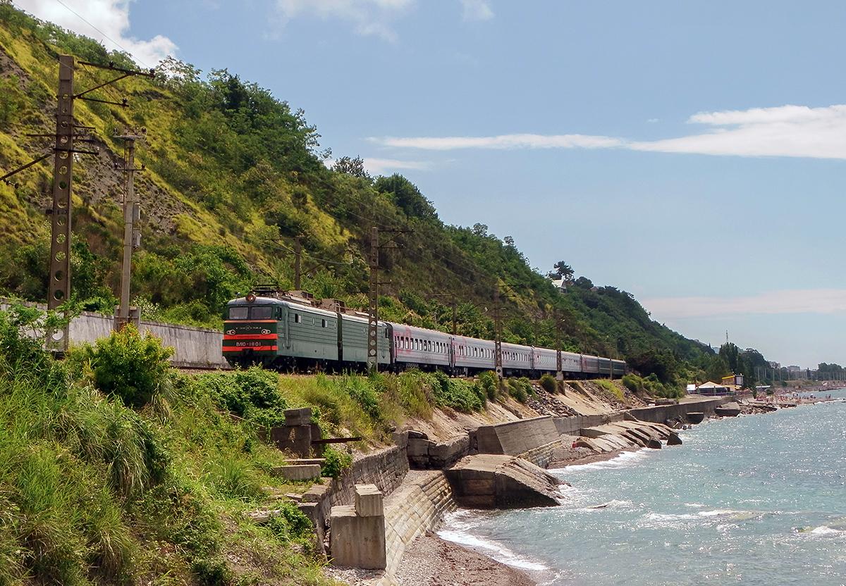 Электровоз ВЛ10-1801 с пассажирским поездом, перегон Лазаревская - Водопадный