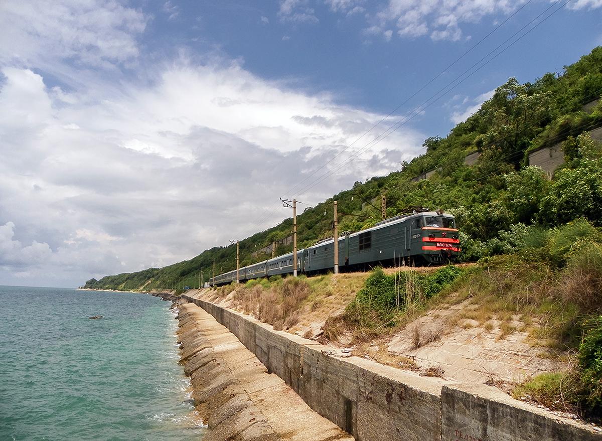 Электровоз ВЛ10-674 с пассажирским поездом, перегон Водопадный - Лазаревская
