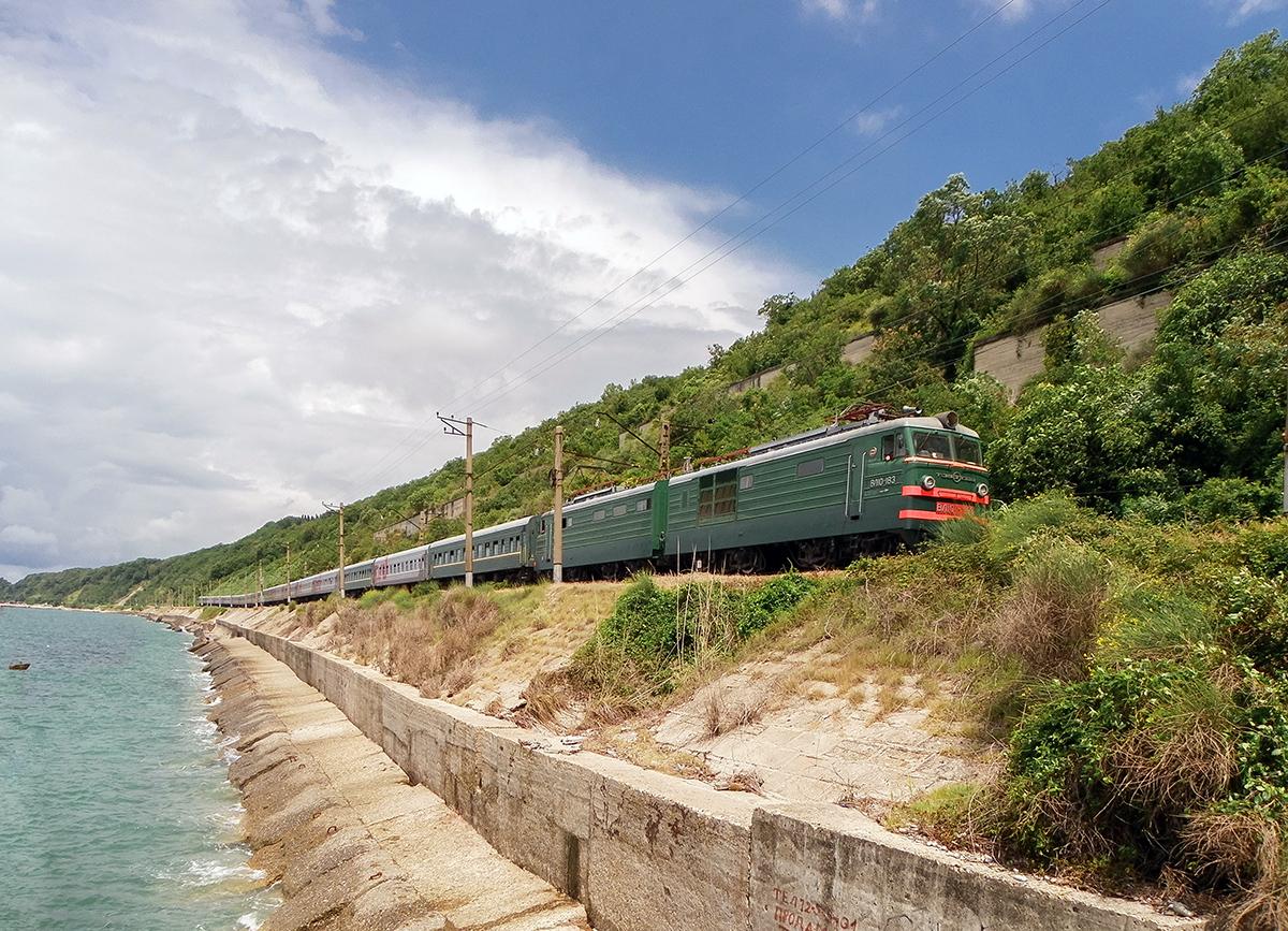 Электровоз ВЛ10-183 с пассажирским поездом, перегон Водопадный - Лазаревская