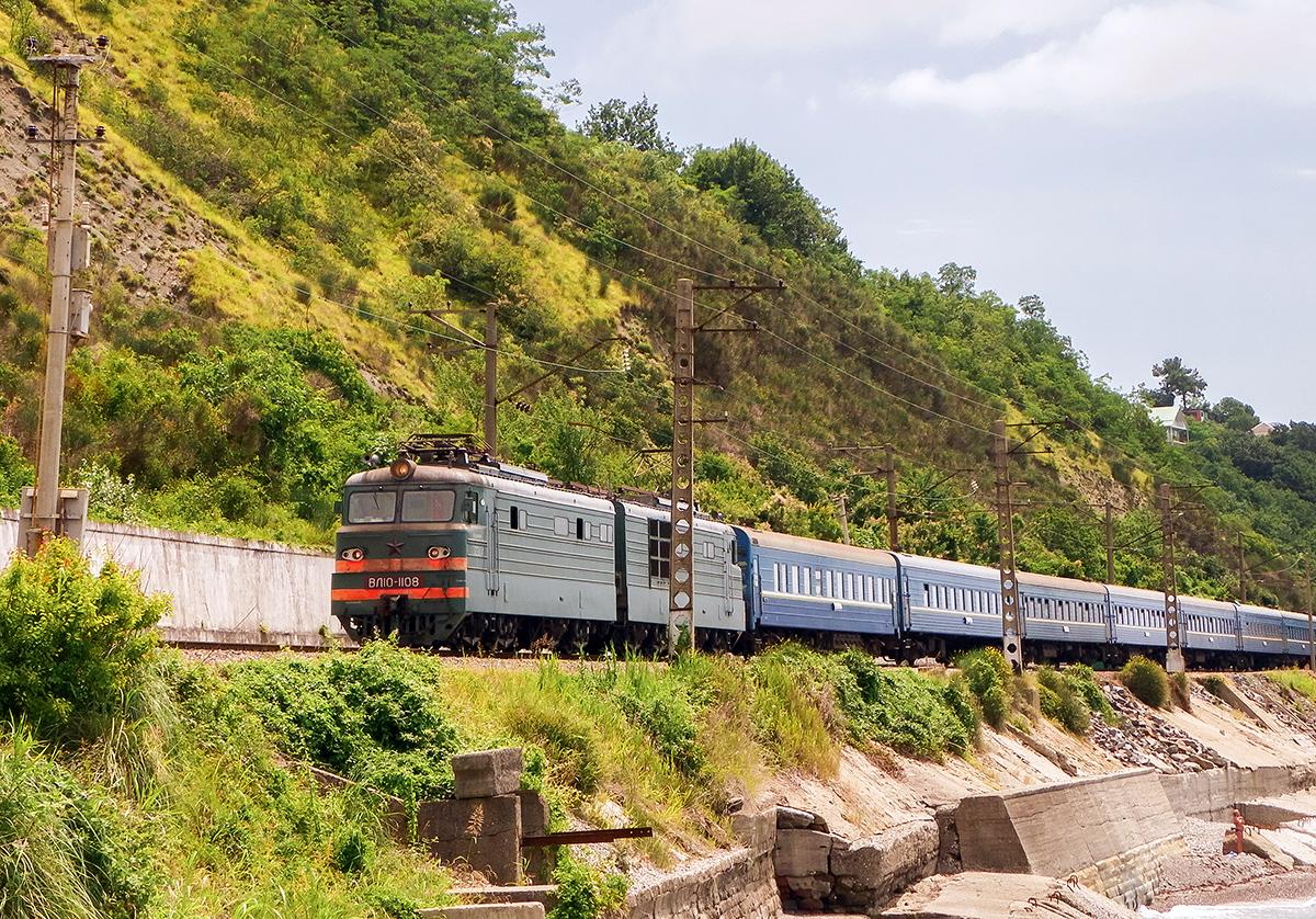 Электровоз ВЛ10-1108 с пассажирским поездом, перегон Лазаревская - Водопадный