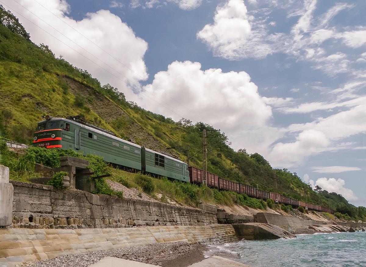 Электровоз ВЛ10-113 с пассажирским поездом, перегон Лазаревская - Водопадный