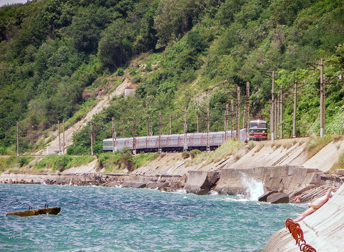 Электровоз ВЛ10-559 с пассажирским поездом, перегон Водопадный - Лазаревская