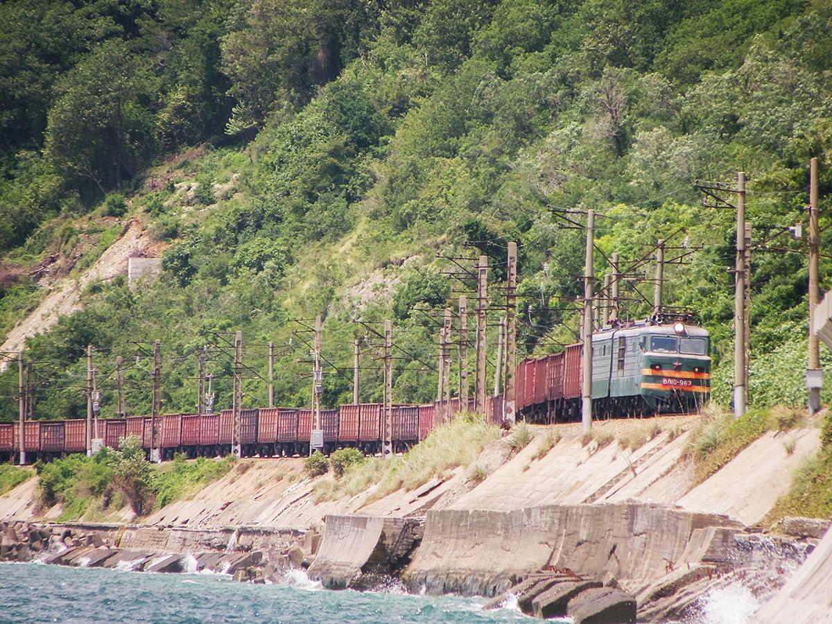 Электровоз ВЛ10-963 с грузовым поездом, перегон Водопадный - Лазаревская