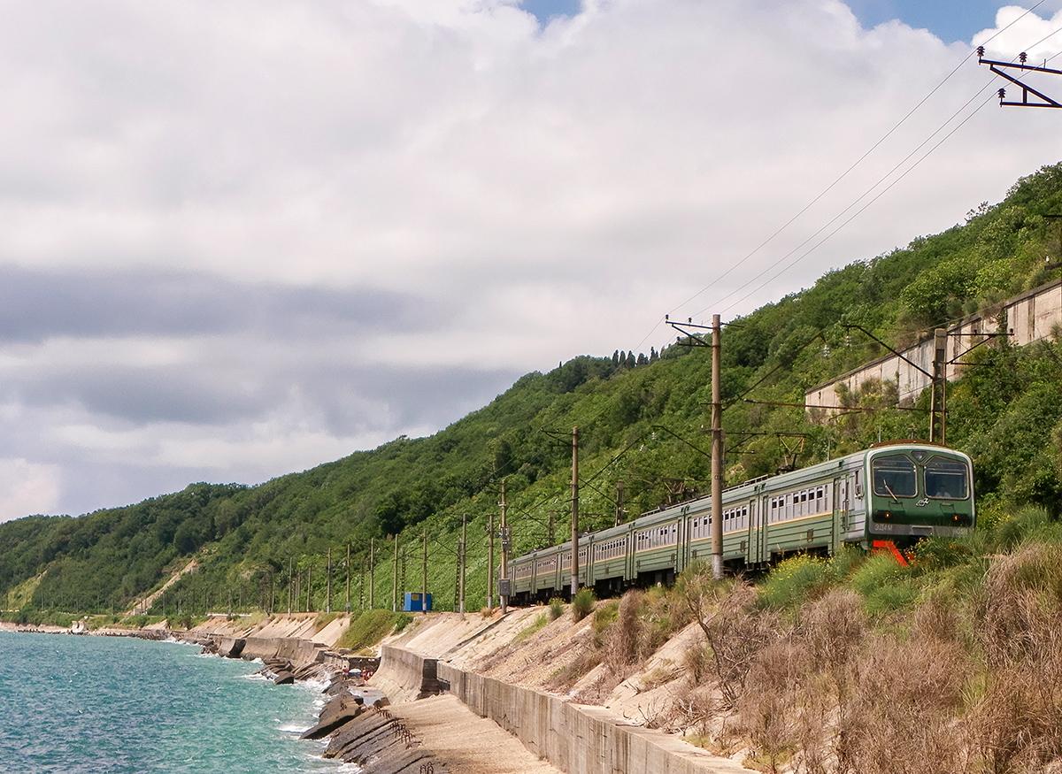 Электропоезд ЭД4М-0032 на перегоне Водопадный - Лазаревская