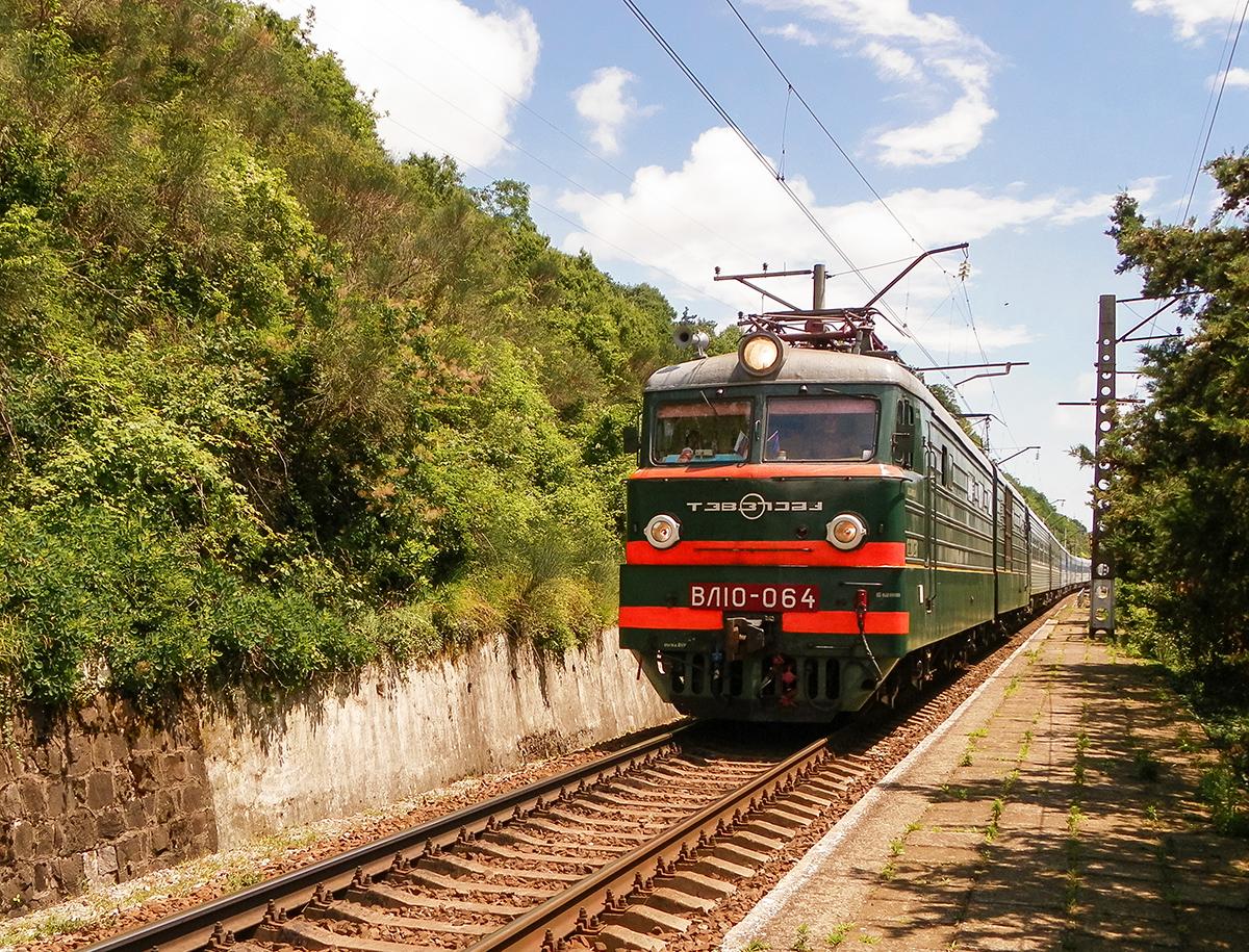Электровоз ВЛ10-064 с пассажирским поездом проследует о.п. Мамедова Щель, перегон Лазаревская - Водопадный
