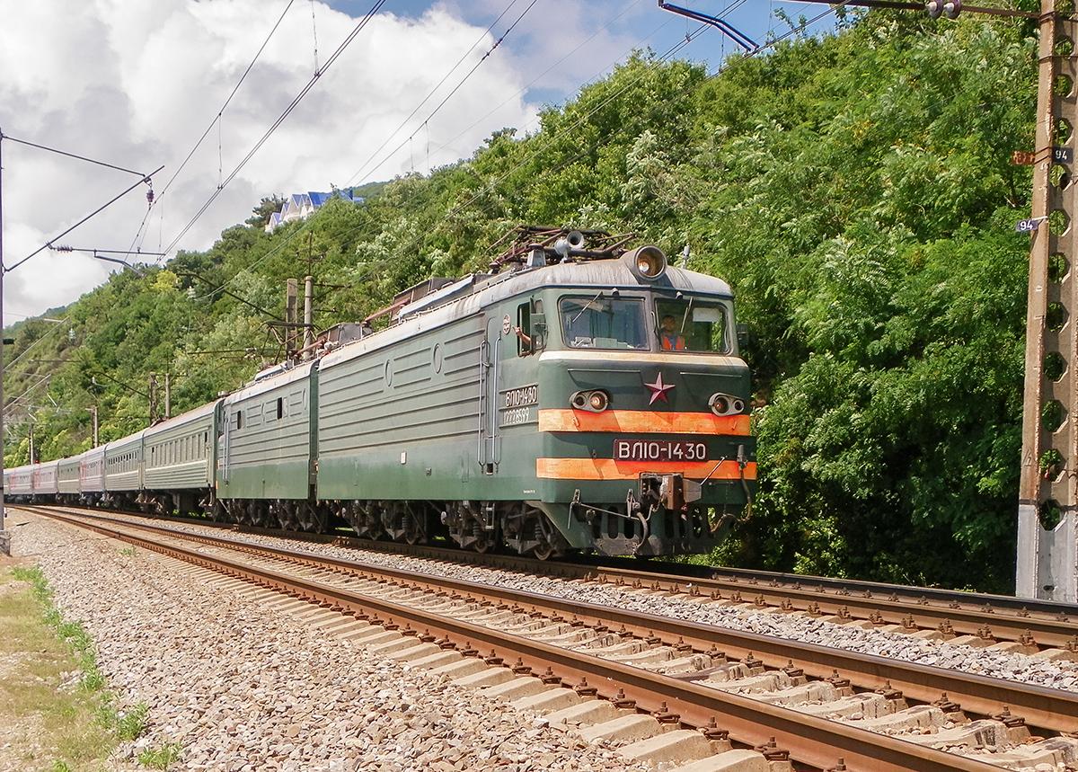 Электровоз ВЛ10-1430 с пассажирским поездом, станция Лазаревская
