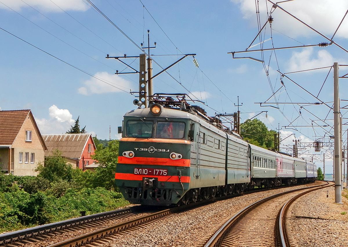 Электровоз ВЛ10-1775 с пассажирским поездом на станции Лазаревская