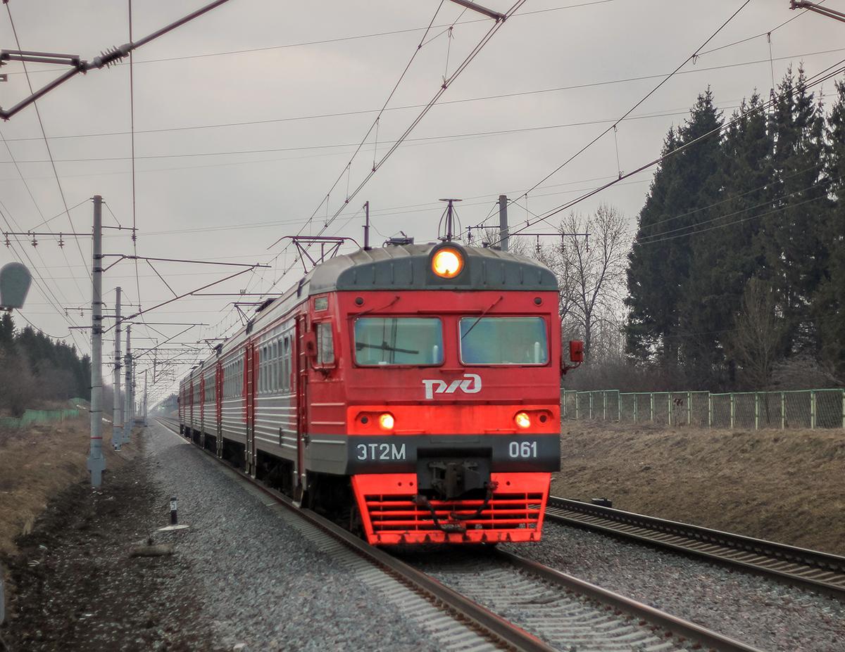 Электропоезд ЭТ2М-061 прибывает к платформе Цна, перегон Леонтьево - Вышний Волочёк