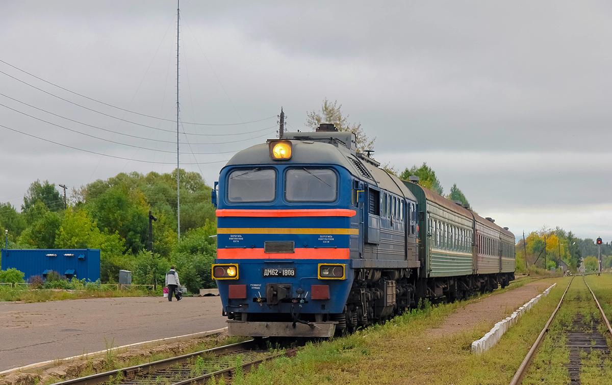 Тепловоз М62-1808 с пригородным поездом, ст. Калязин
