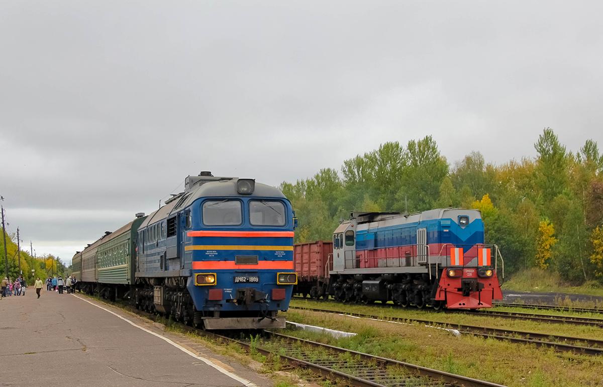 Тепловозы М62-1808 и ТЭМ18ДМ-326 на станции Калязин