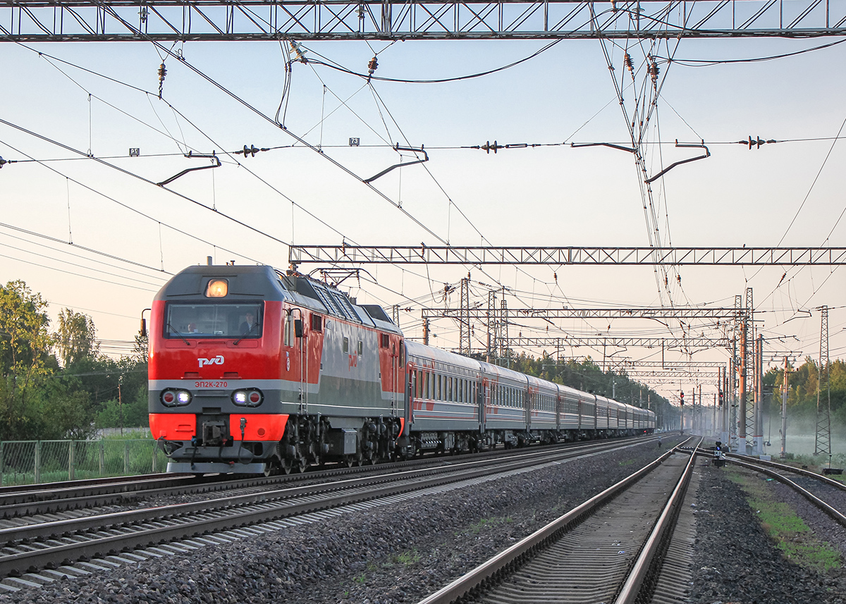 Электровоз ЭП2К-270 с пассажирским поездом на станции Бурга