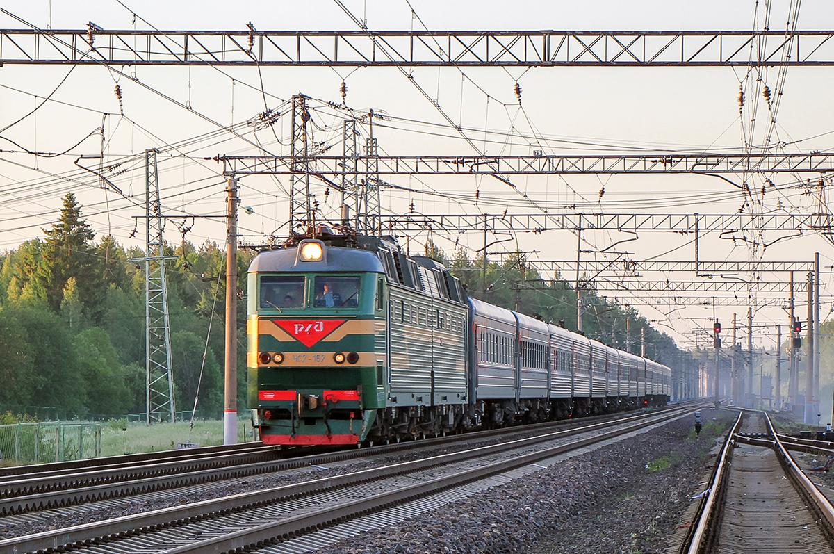 Электровоз ЧС7-157 с пассажирским поездом на станции Бурга