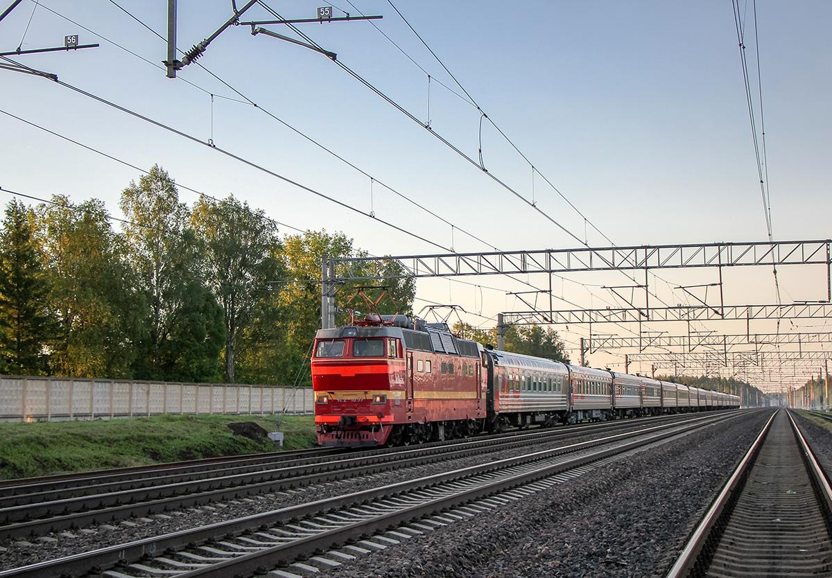 Электровоз ЧС2Т-1057 с пассажирским поездом на станции Бурга