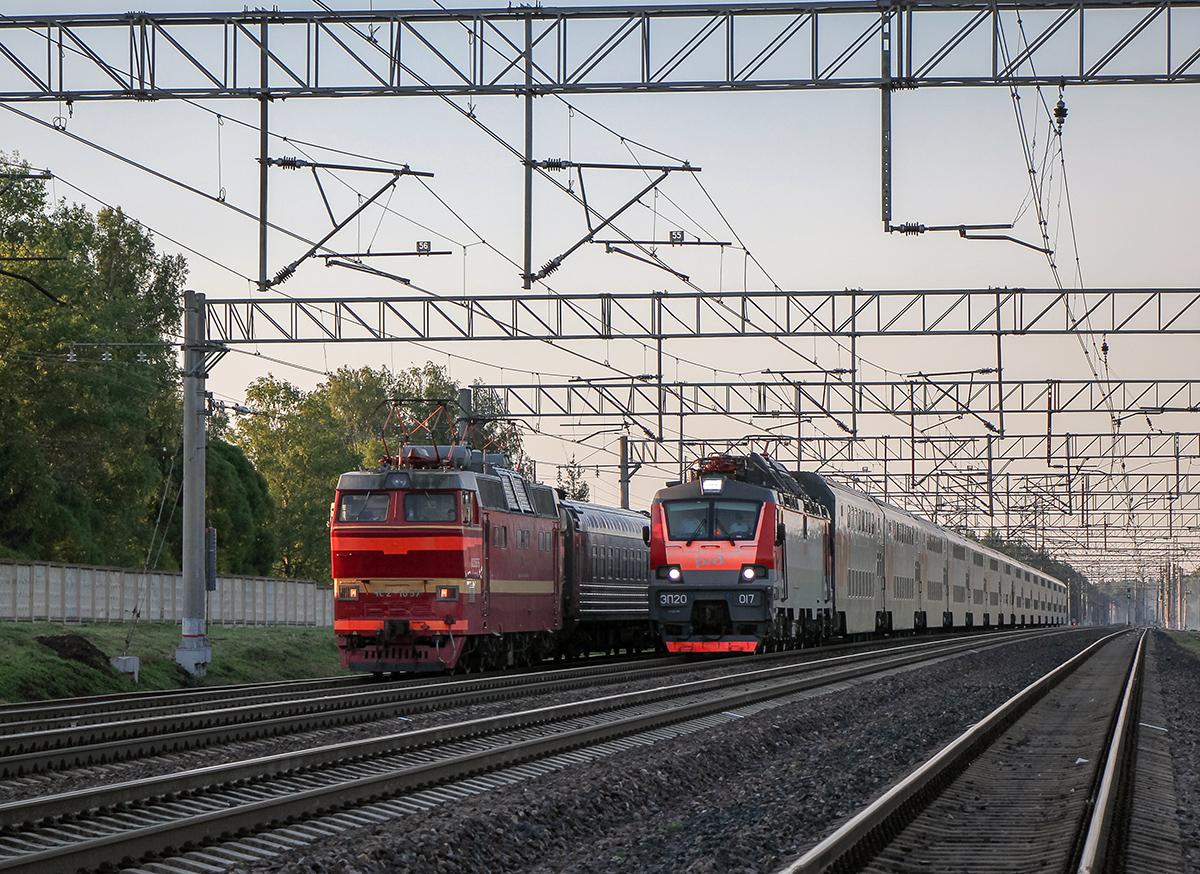 Электровозы ЧС2Т-1057 и ЭП20-017 с пассажирскими поездами, станция Бурга