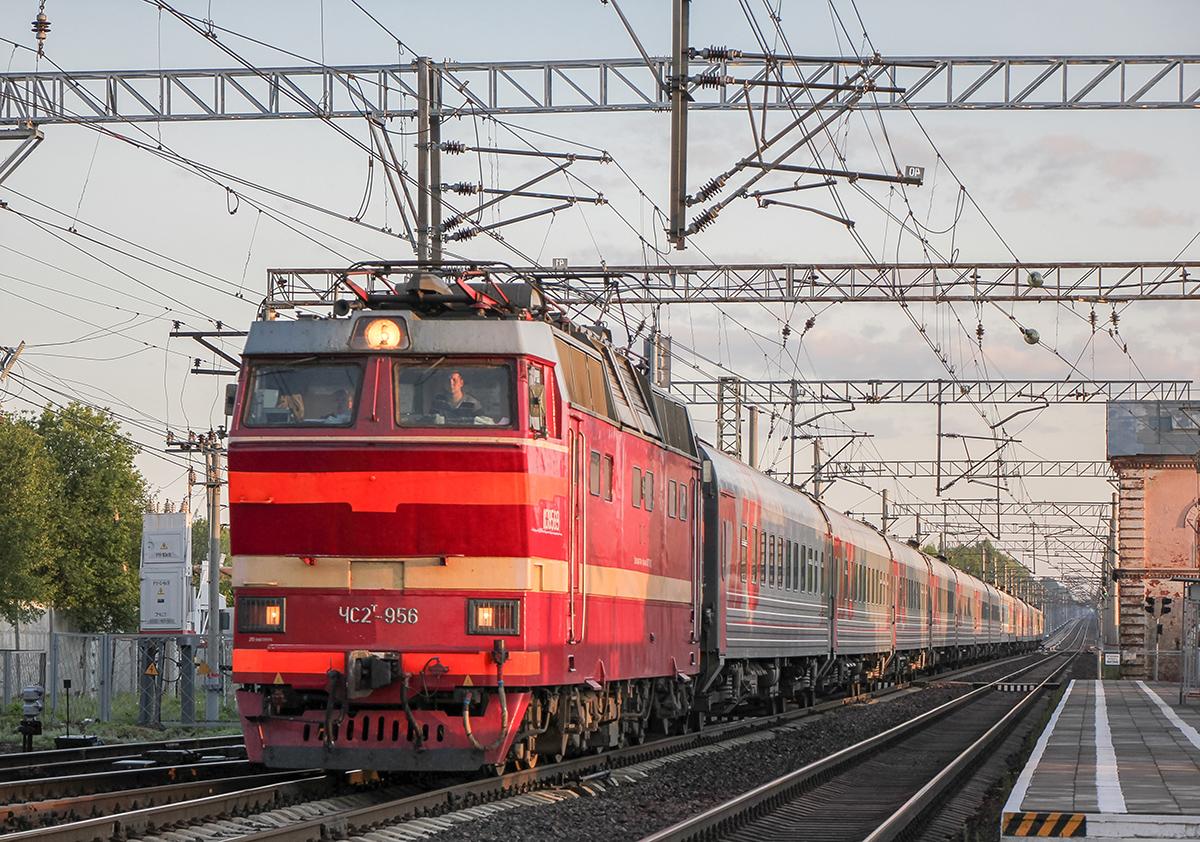 Электровоз ЧС2Т-956 с пассажирским поездом на станции Бурга