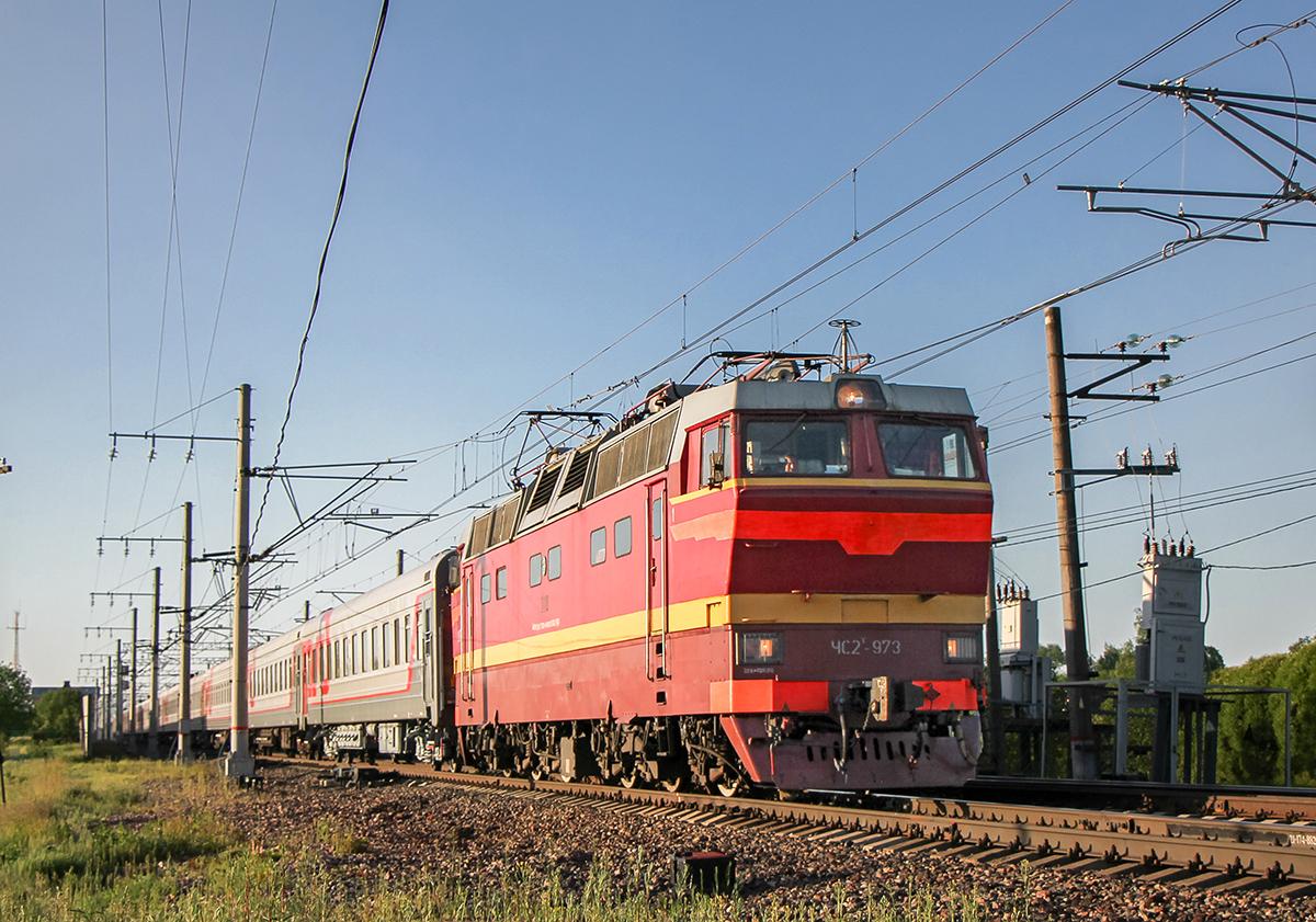 Электровоз ЧС2Т-973 с пассажирским поездом на станции Бурга