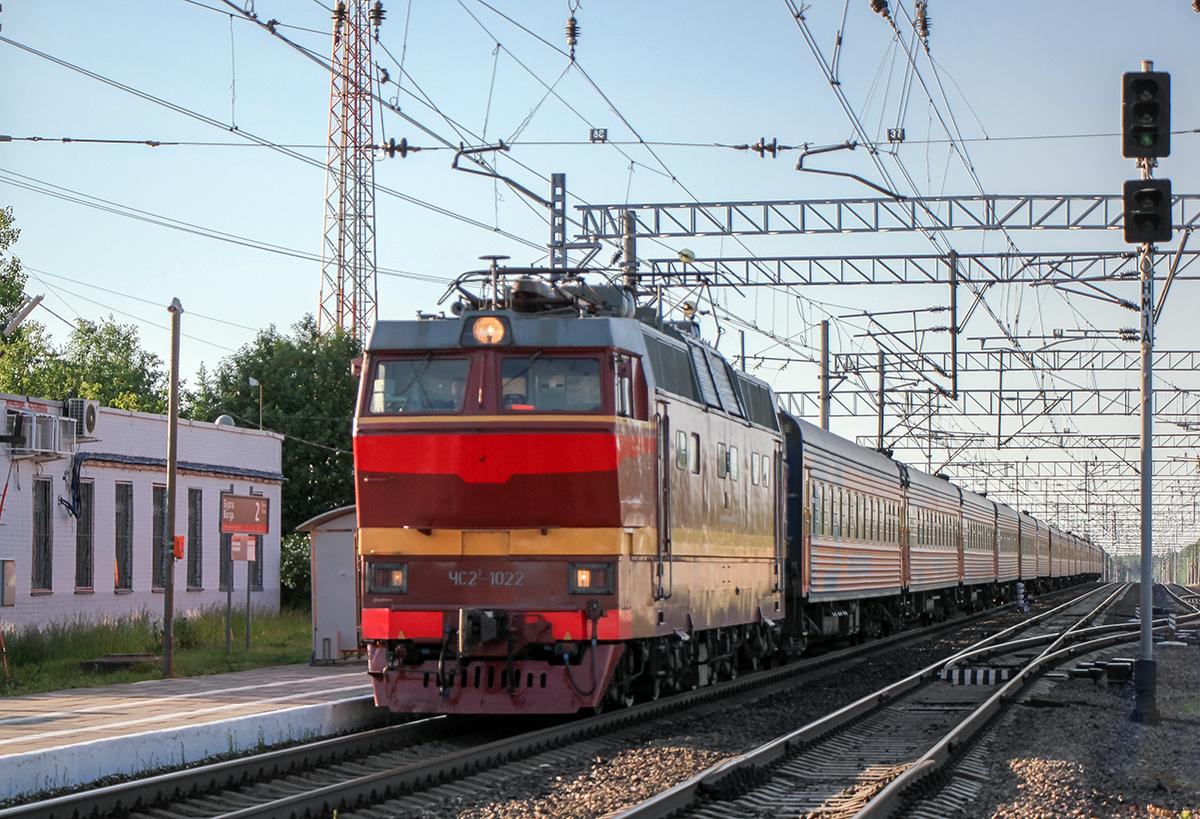 """Электровоз ЧС2Т-1022 с фирменным поездом """"Мегаполис"""", станция Бурга"""