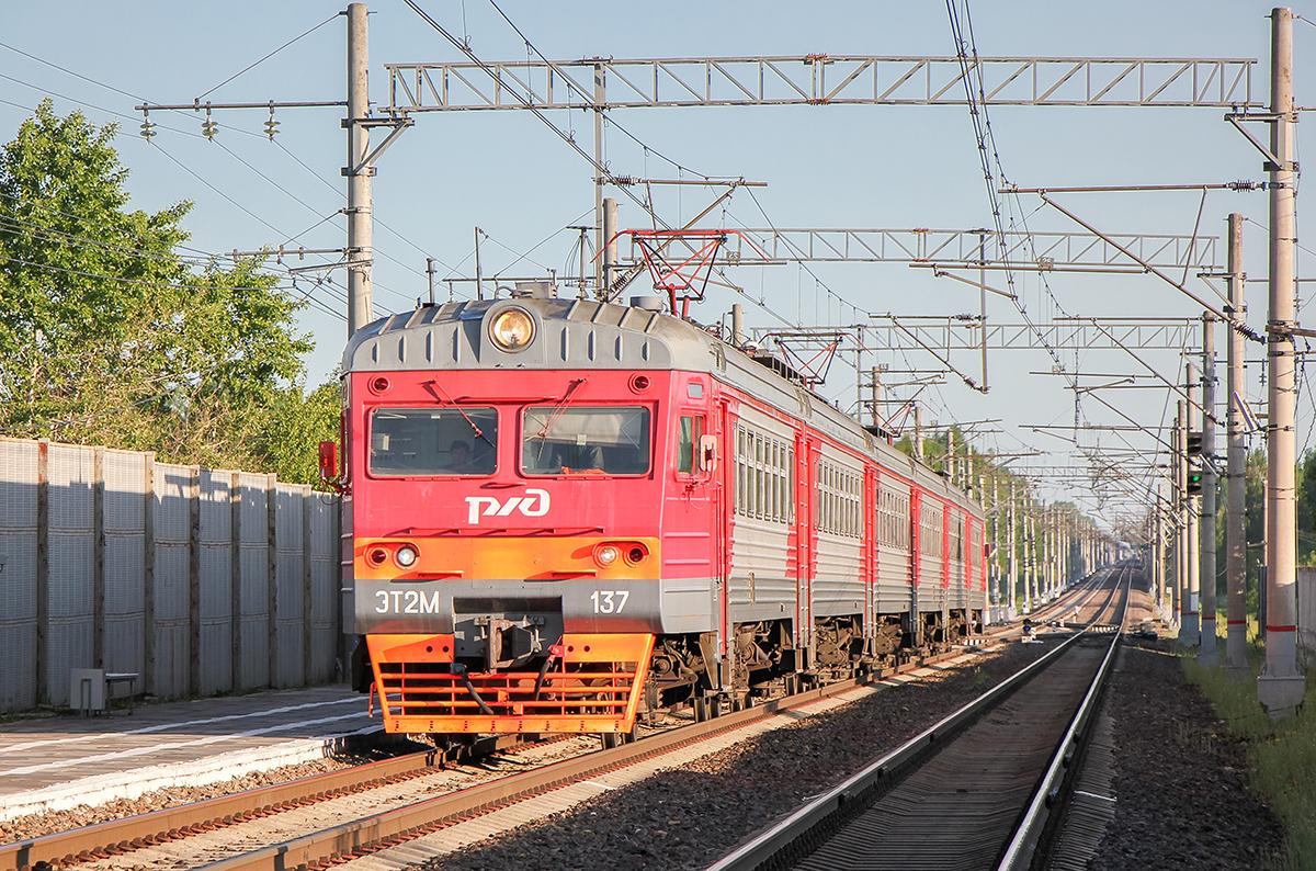 Электропоезд ЭТ2М-137 на станции Бурга
