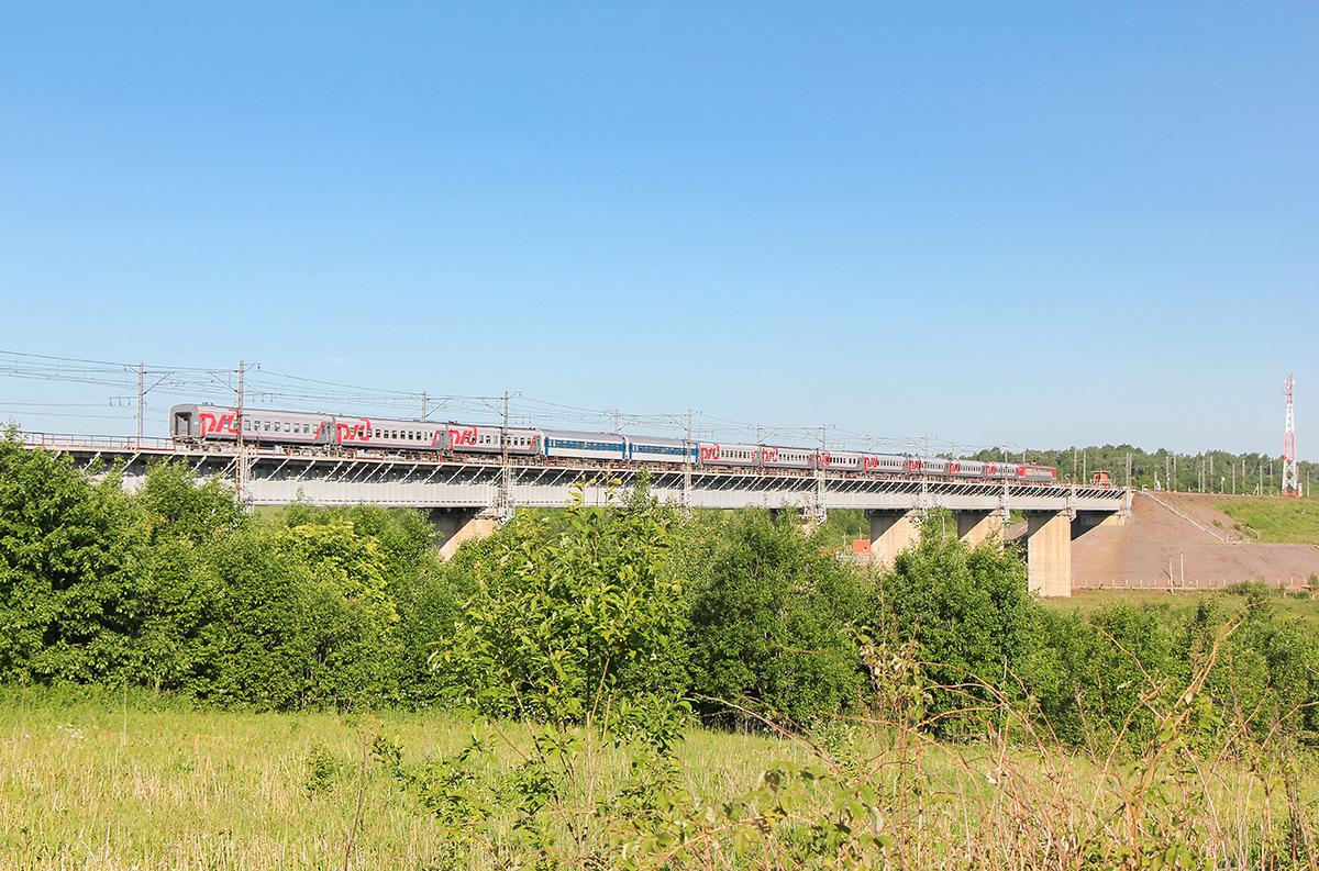 """Электровоз ЧС6 с фирменным поездом """"Афанасий Никитин"""", перегон Торбино - Мстинский мост"""