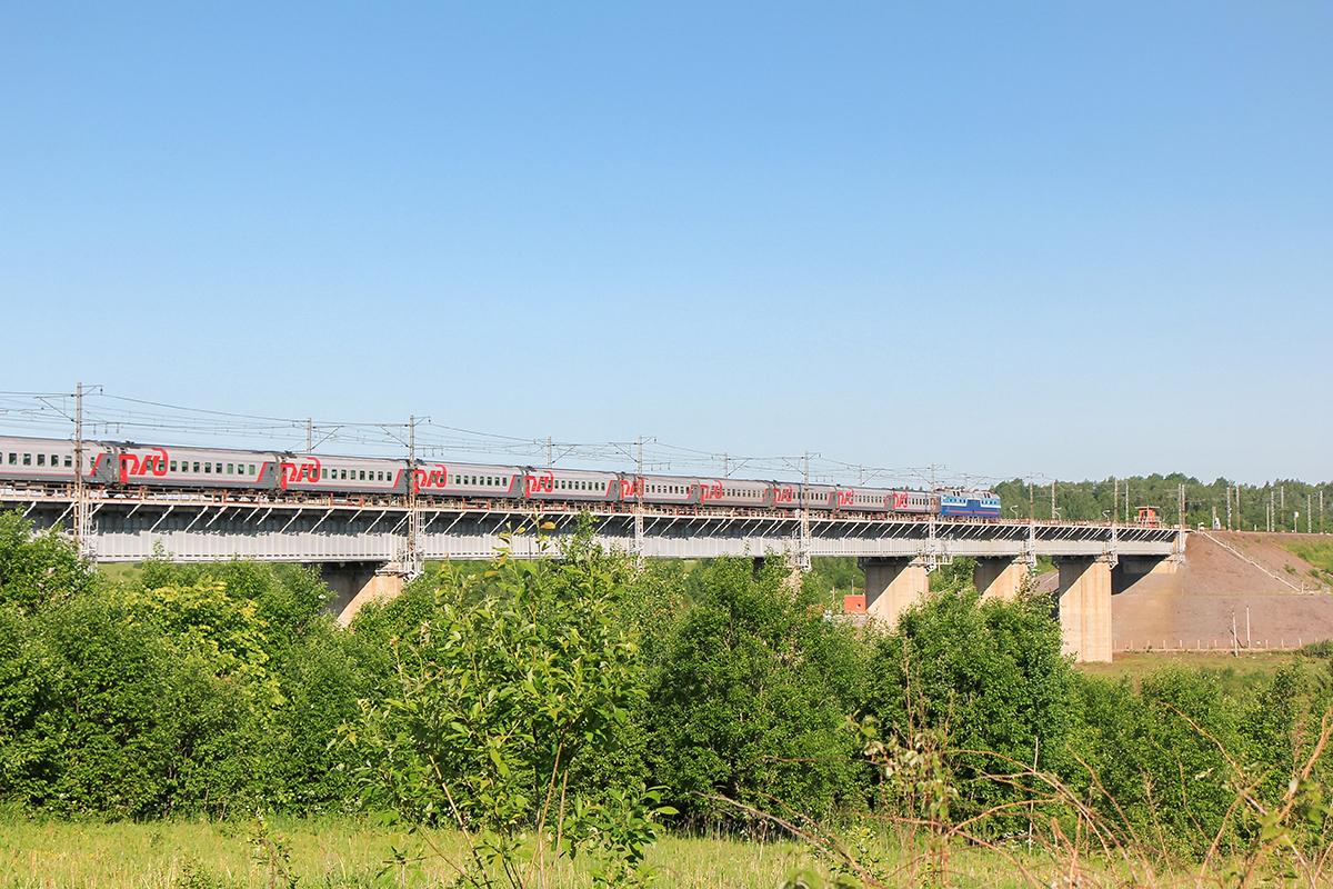 Электровоз ЧС7 с поездом, проследует Веребьинский мост, перегон Торбино - Мстинский мост