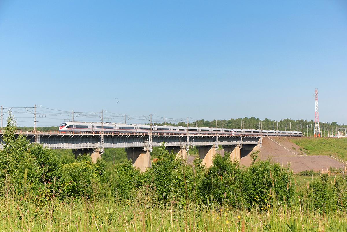 """Сдвоенный электропоезд ЭВС1 """"Сапсан"""" проследует Веребьинский мост, перегон Мстинский мост - Торбино"""