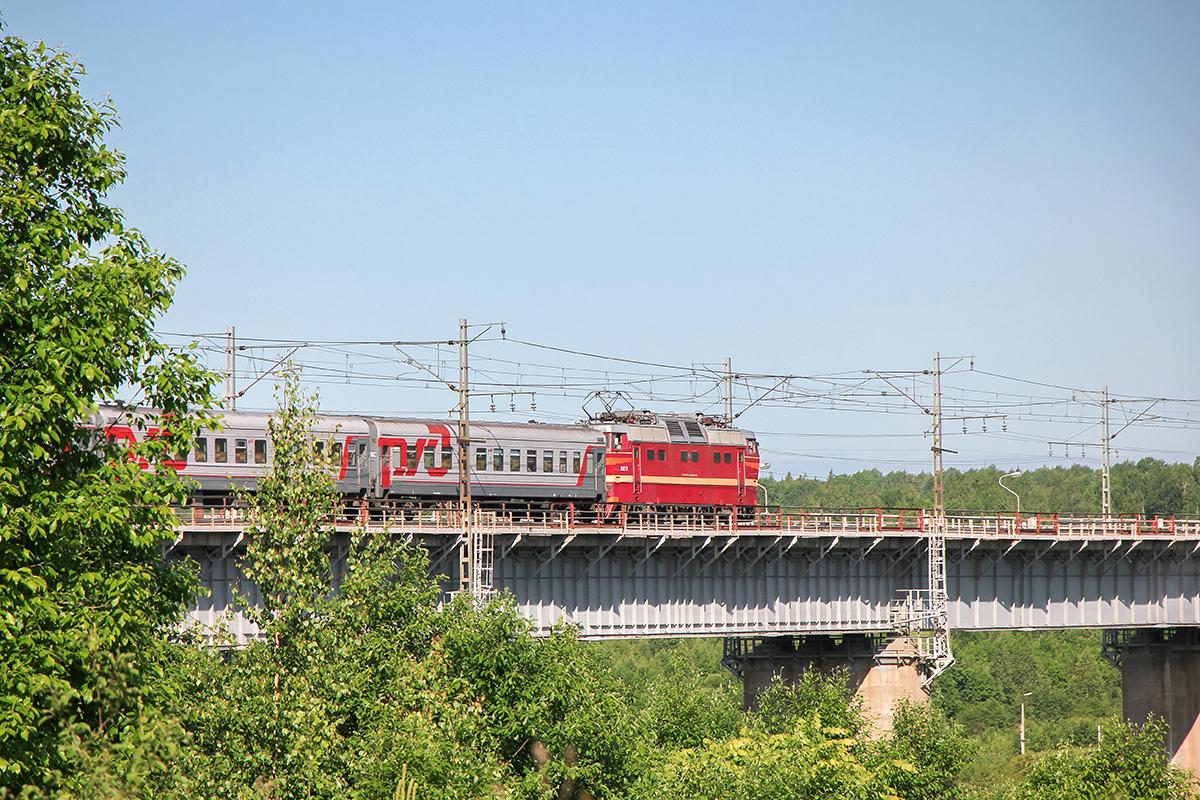 Электровоз ЧС2Т с поездом, проследует Веребьинский мост, перегон Торбино - Мстинский мост