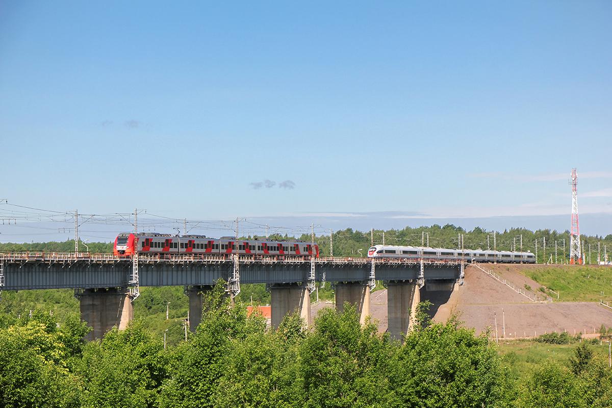 """Электропоезд ЭС1 """"Ласточка"""" и ЭВС2 """"Сапсан"""" проследуют Веребьинский мост"""