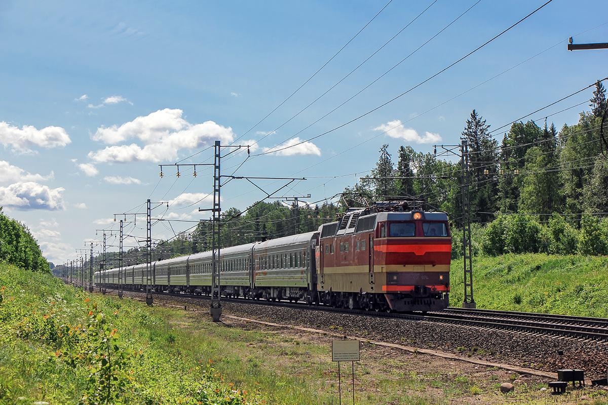 Электровоз ЧС2Т-974 с пассажирским поездом, перегон Торбино - Мстинский мост