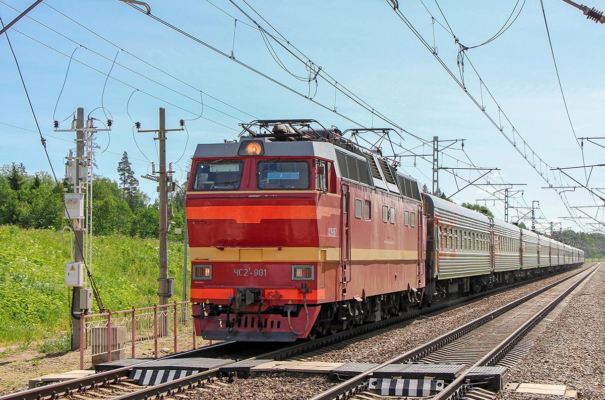 Электровоз ЧС2Т-981 с пассажирским поездом, перегон Торбино - Мстинский мост