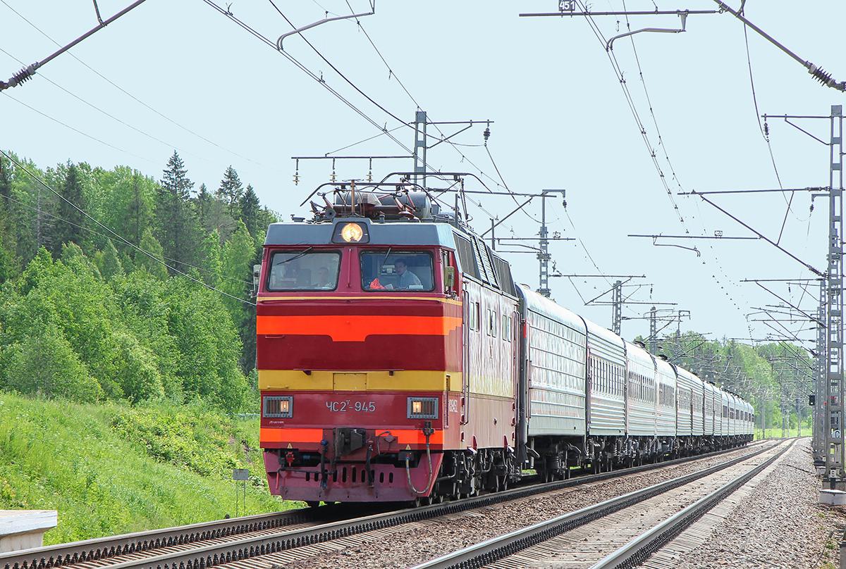 Электровоз ЧС2Т-945 с пассажирским поездом, перегон Торбино - Мстинский мост