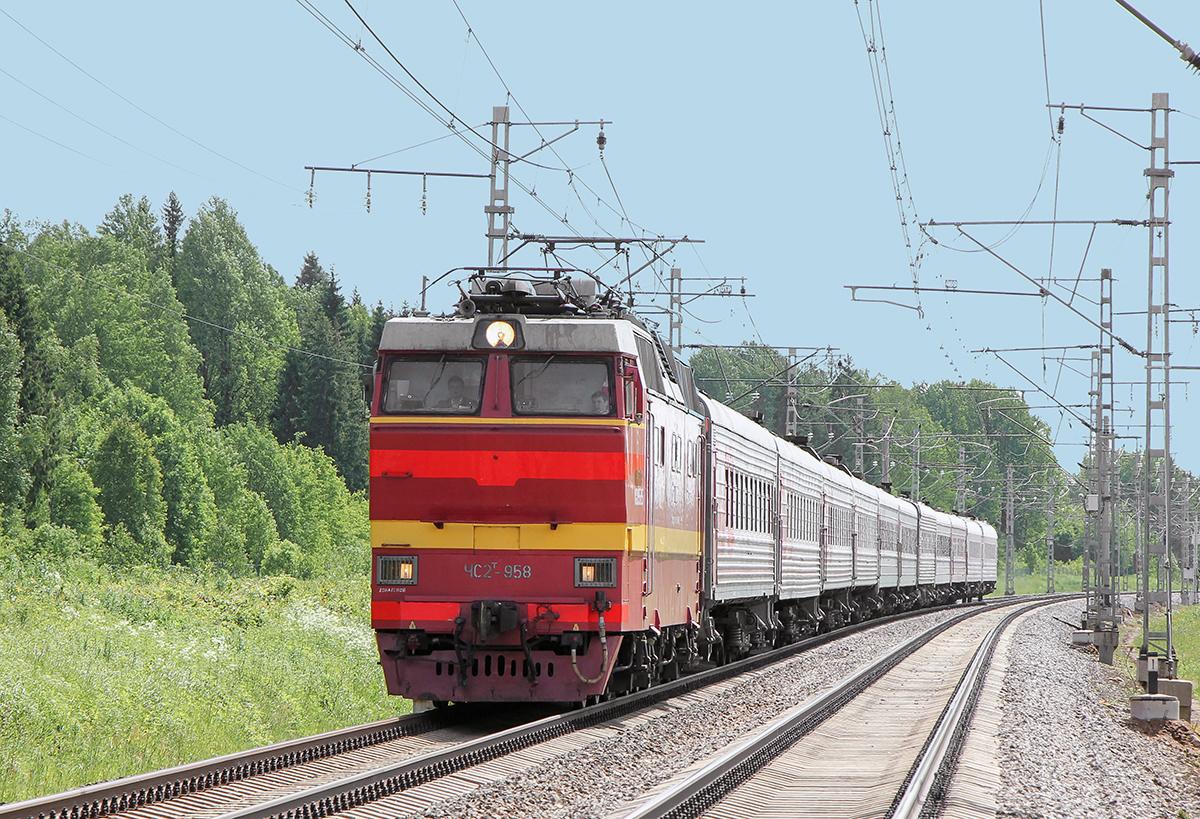 Электровоз ЧС2Т-958 с пассажирским поездом, перегон Торбино - Мстинский мост